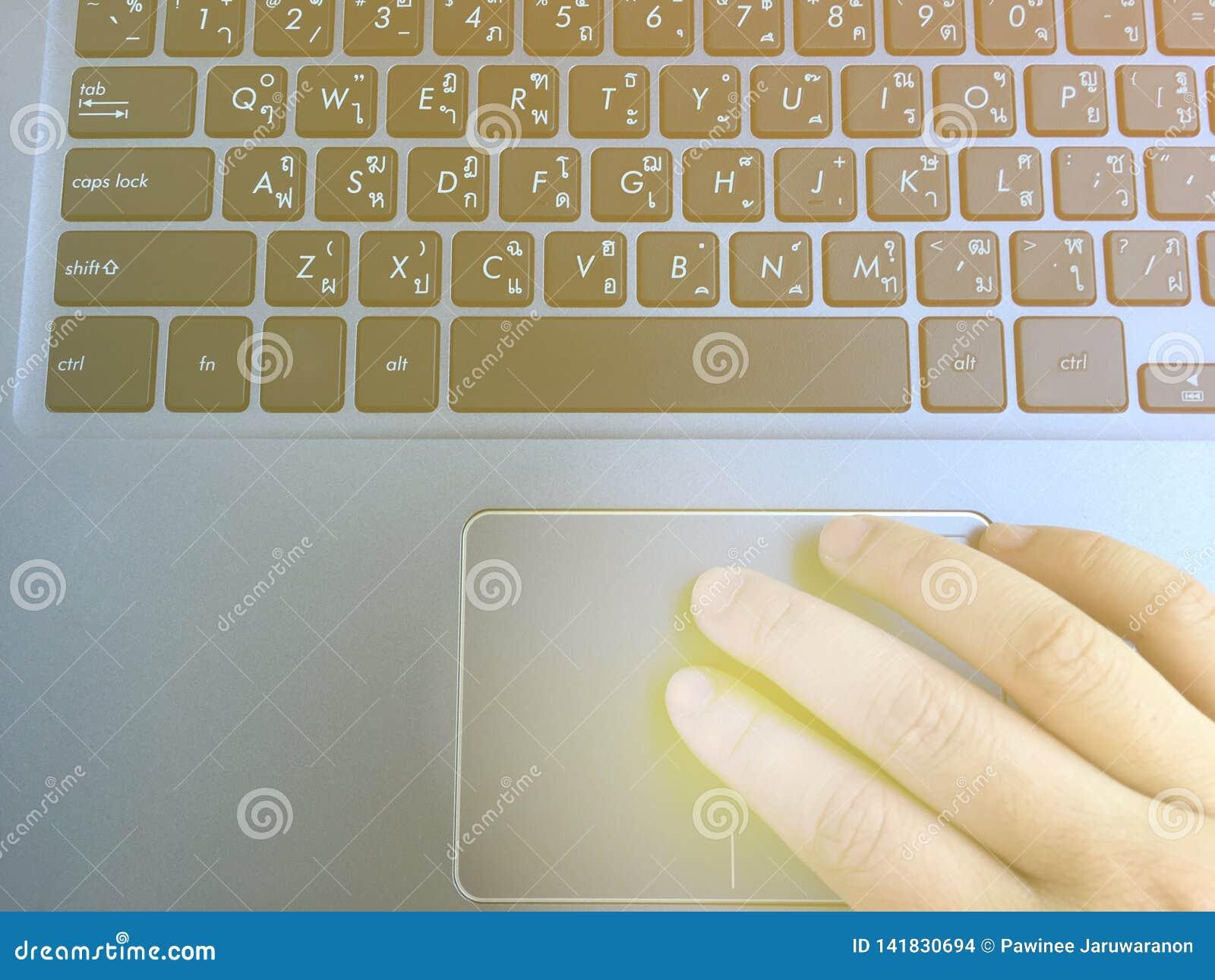 Mano umana che tocca sul trackpad del computer portatile per il movimento del cursore