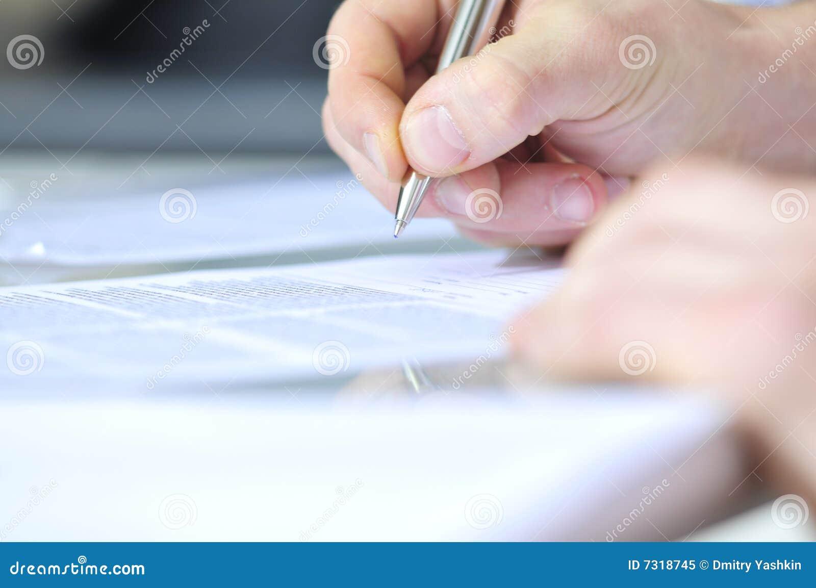 Mano umana con la penna