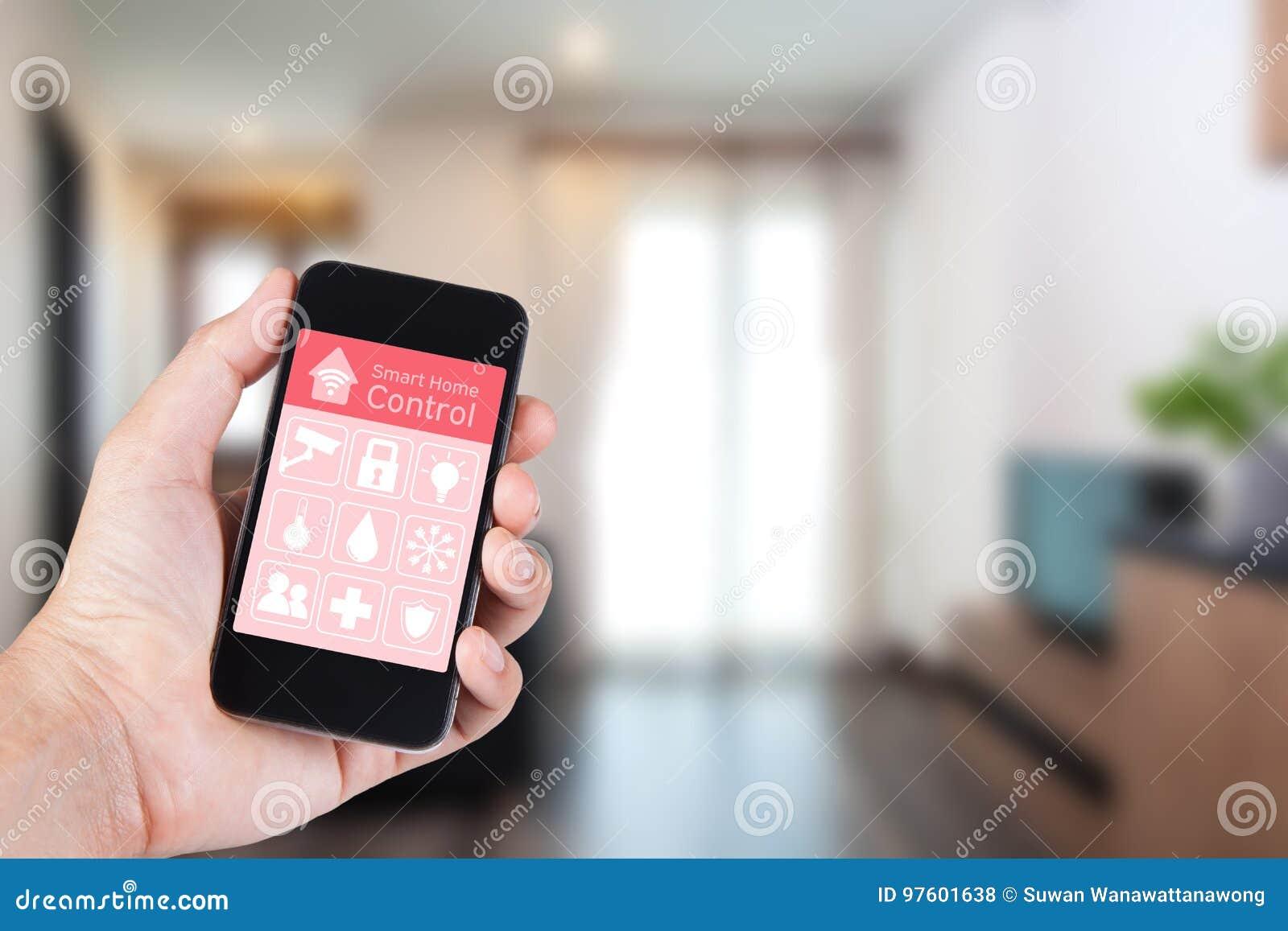 Mano usando smartphone al hogar elegante app en móvil