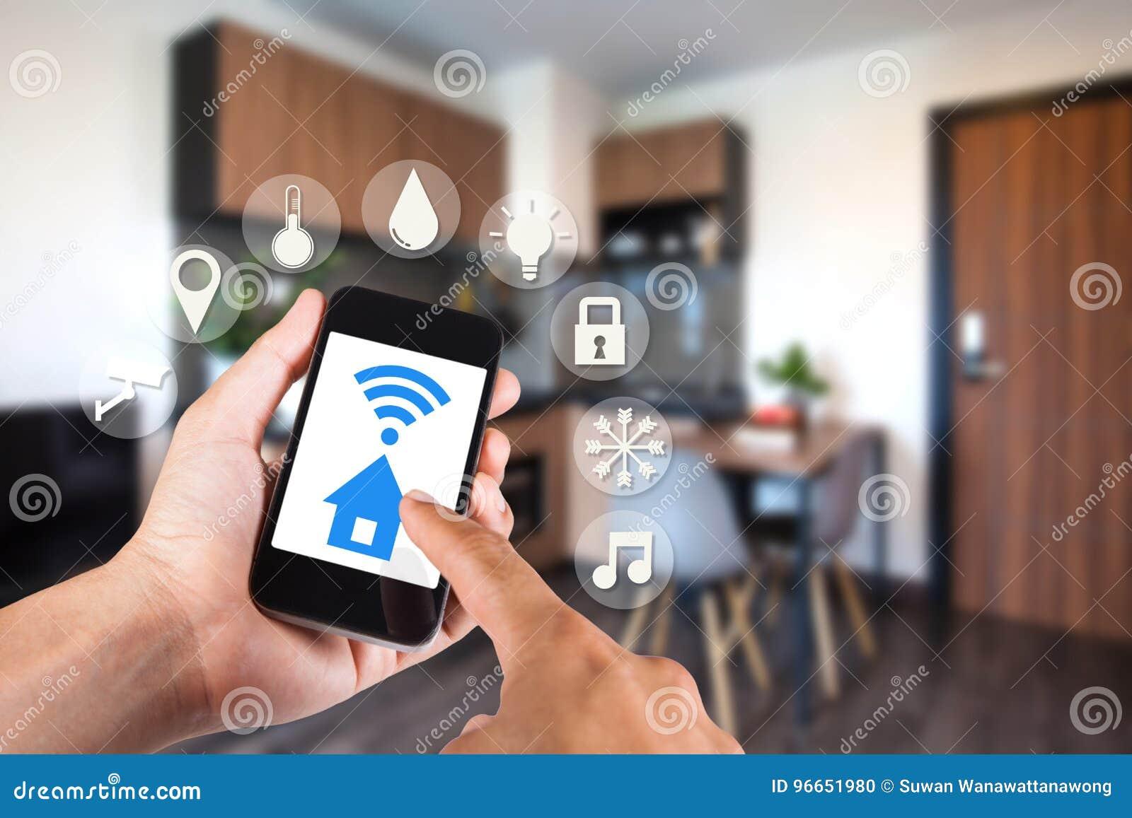 Mano usando smartphone por el hogar elegante del app en móvil