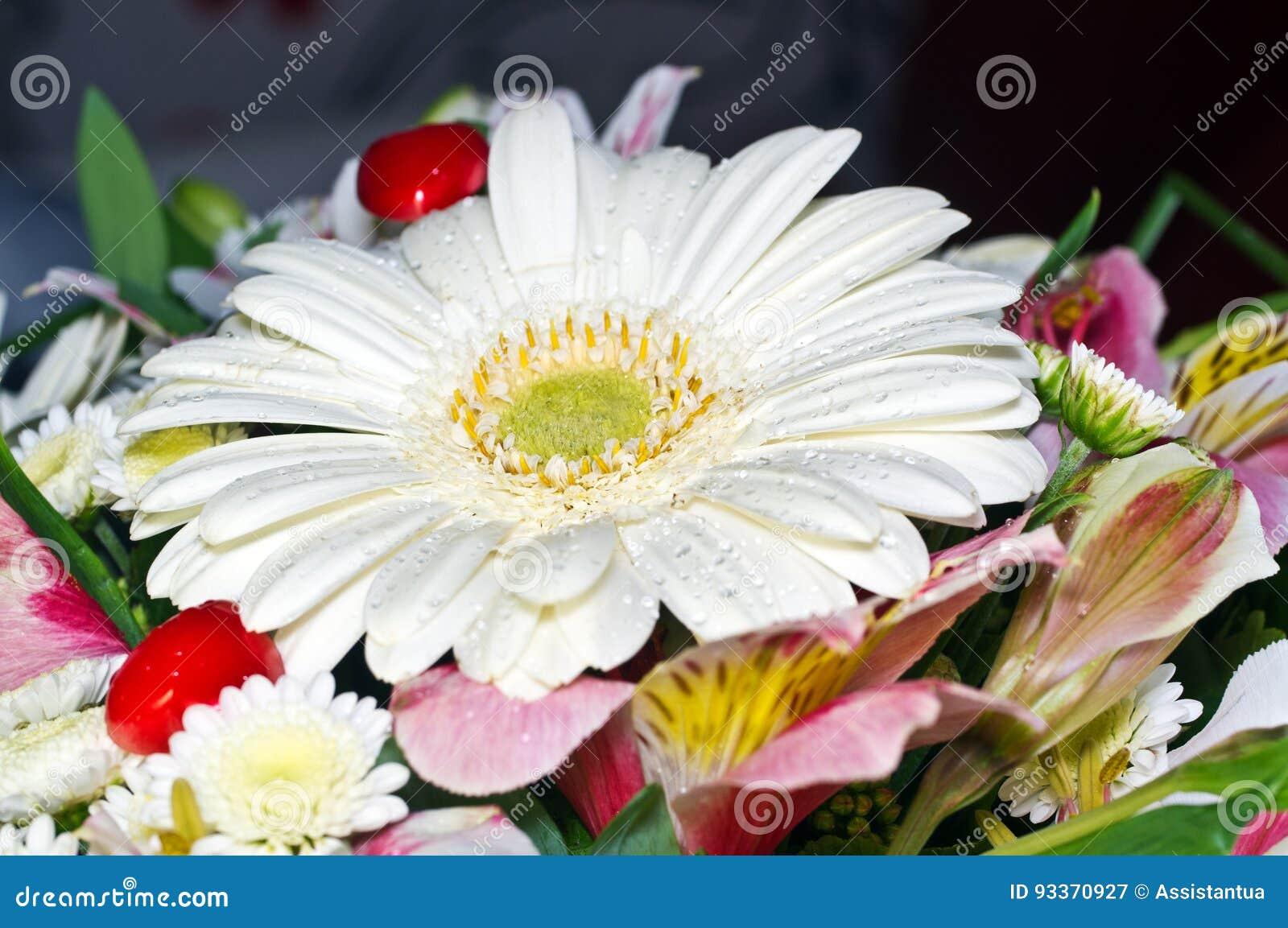 Manojo de flores y de corazones rojos