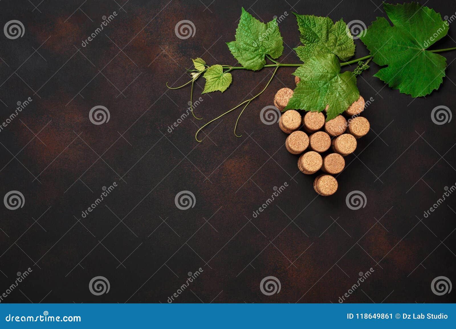 Manojo de la uva de corcho con las hojas en fondo oxidado