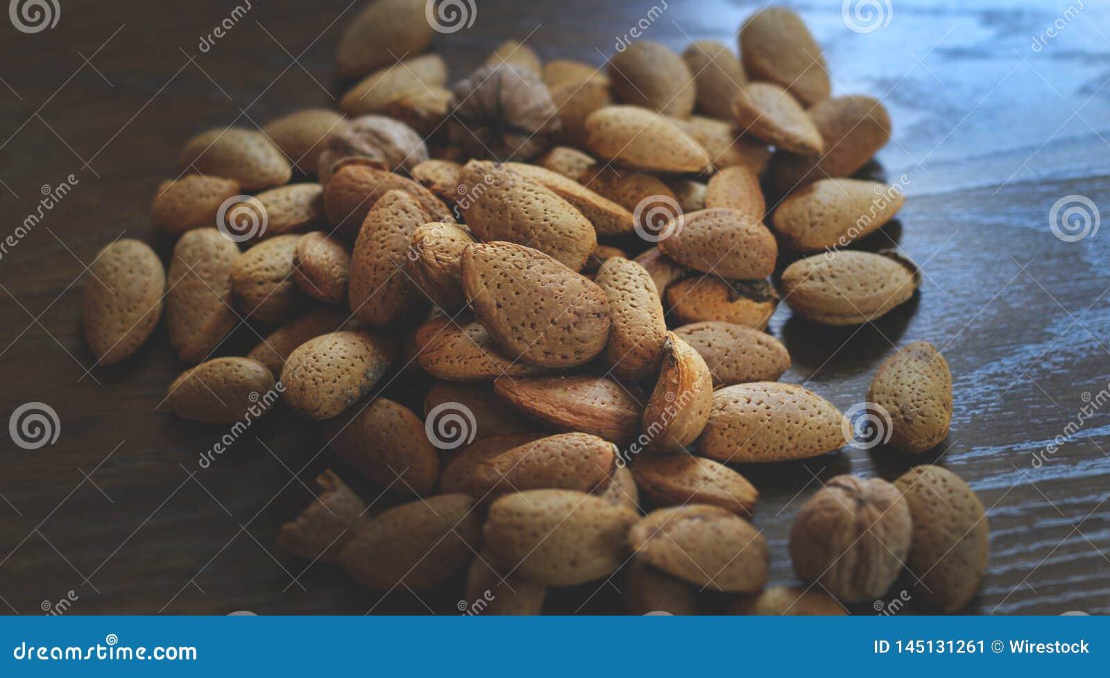 Manojo de nueces de pino en una tabla de madera