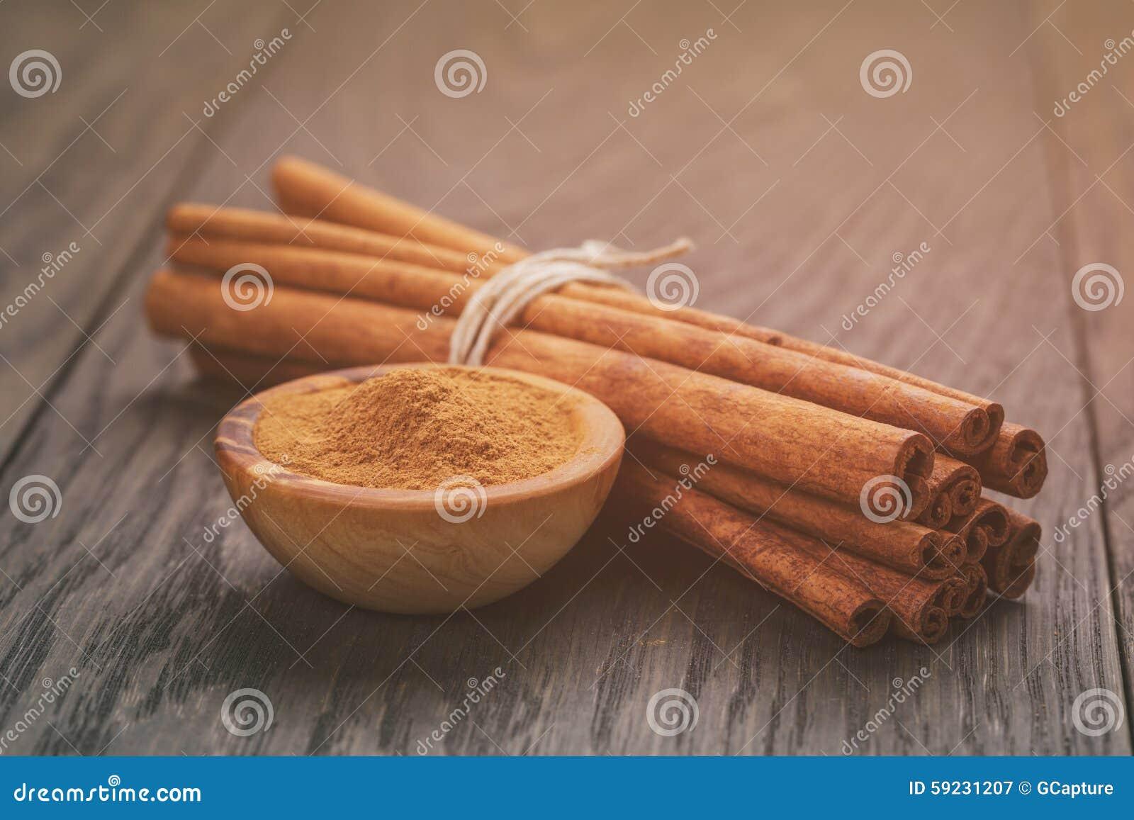 Manojo de palillos de canela atados con guita, encendido
