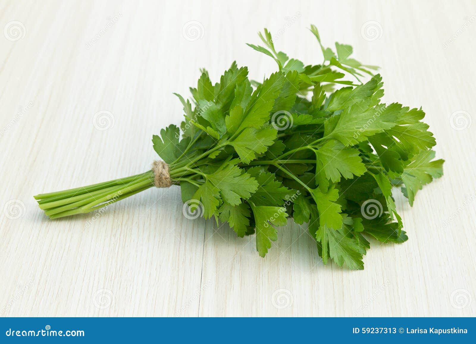 Manojo de perejil verde fresco