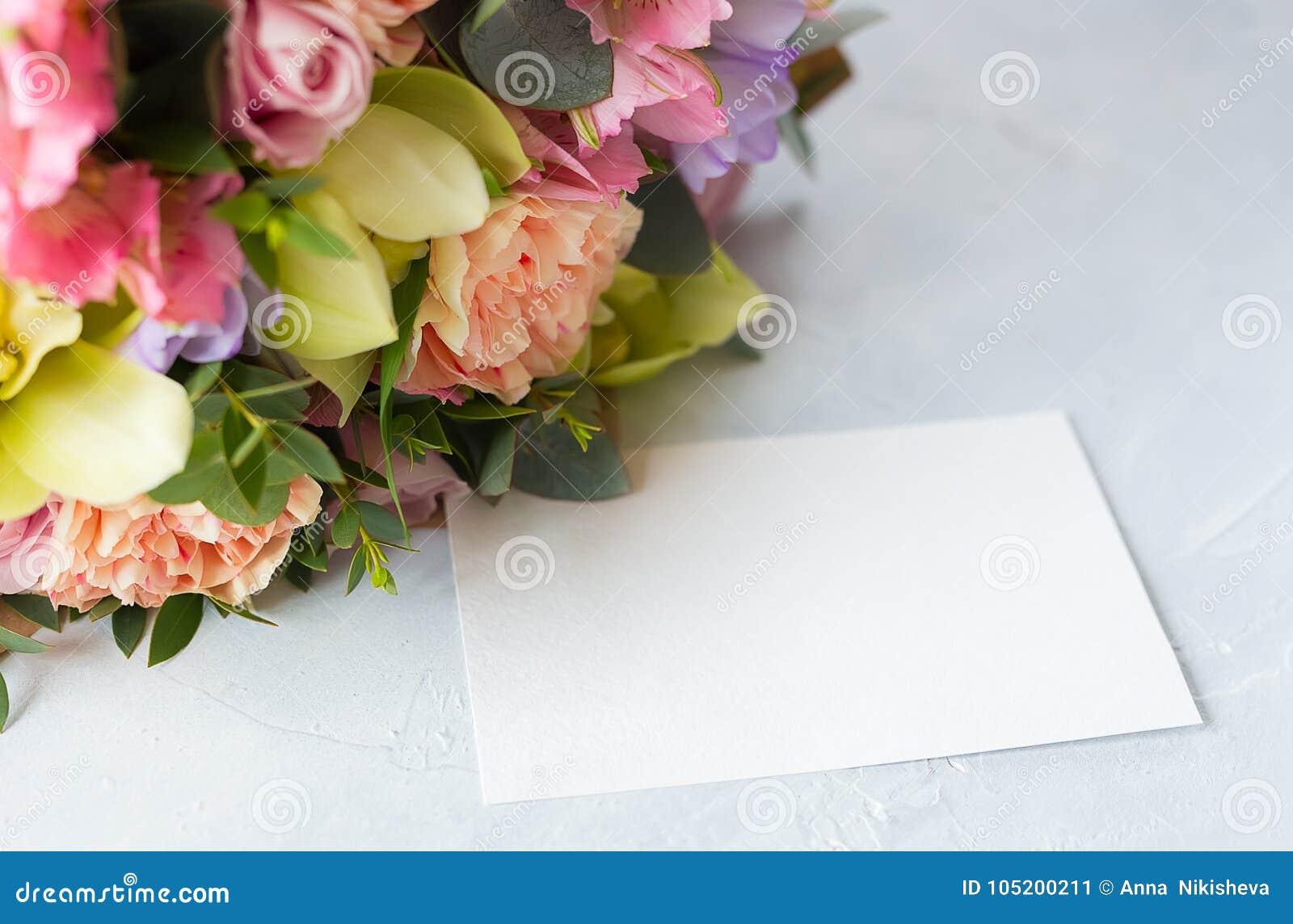 Manojo en colores pastel de las flores en un fondo de madera con Empty tag copia