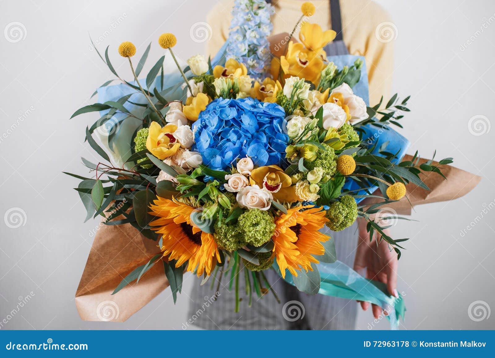 Manojo rico de flores, ramo fresco disponible de la primavera de la hoja verde Fondo del verano