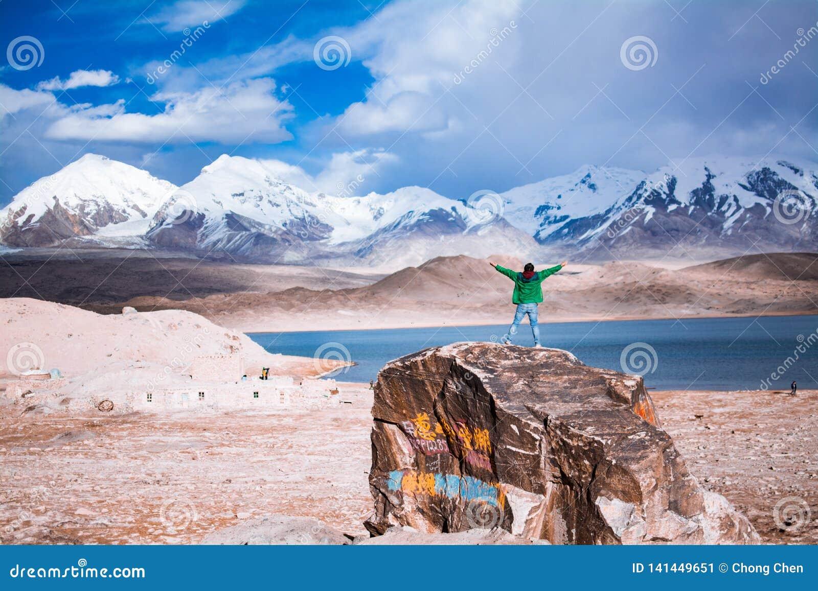 Manomfamningnatur framme av sjön Karakuri och monteringen Muztagata