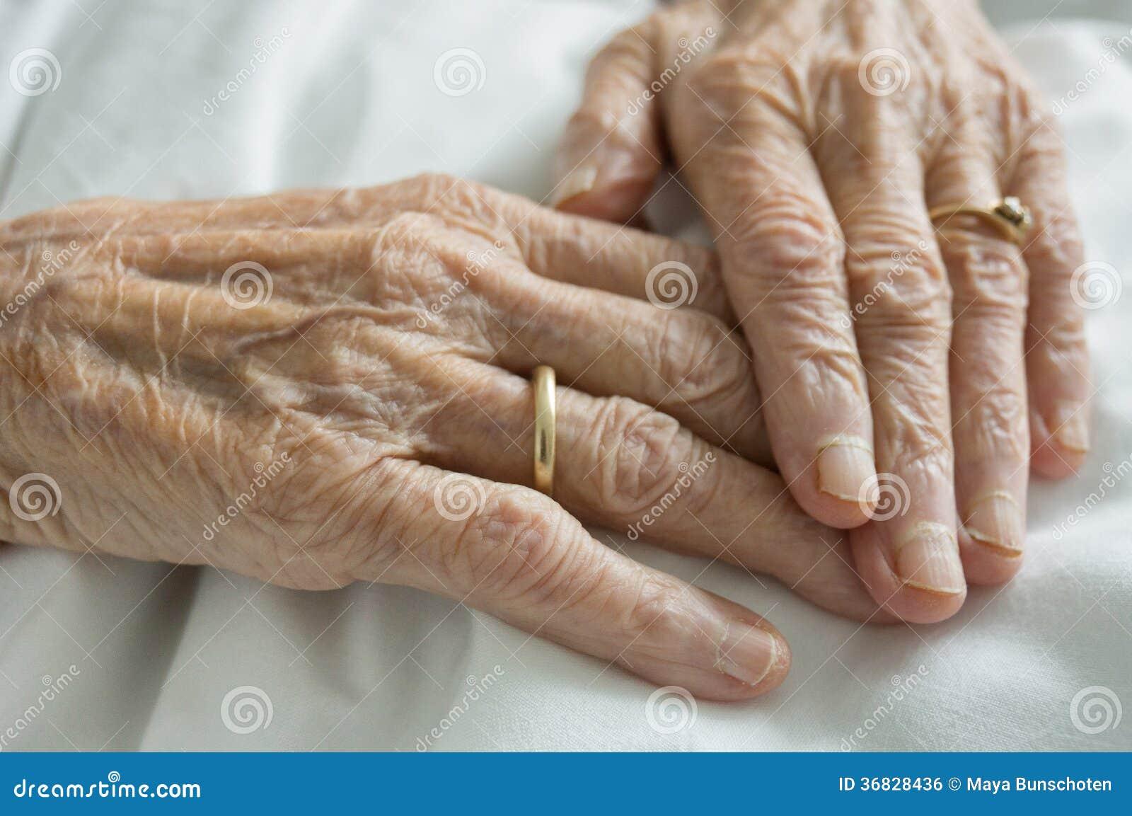 Resultado de imagen de manos arrugadas de adulto mayor