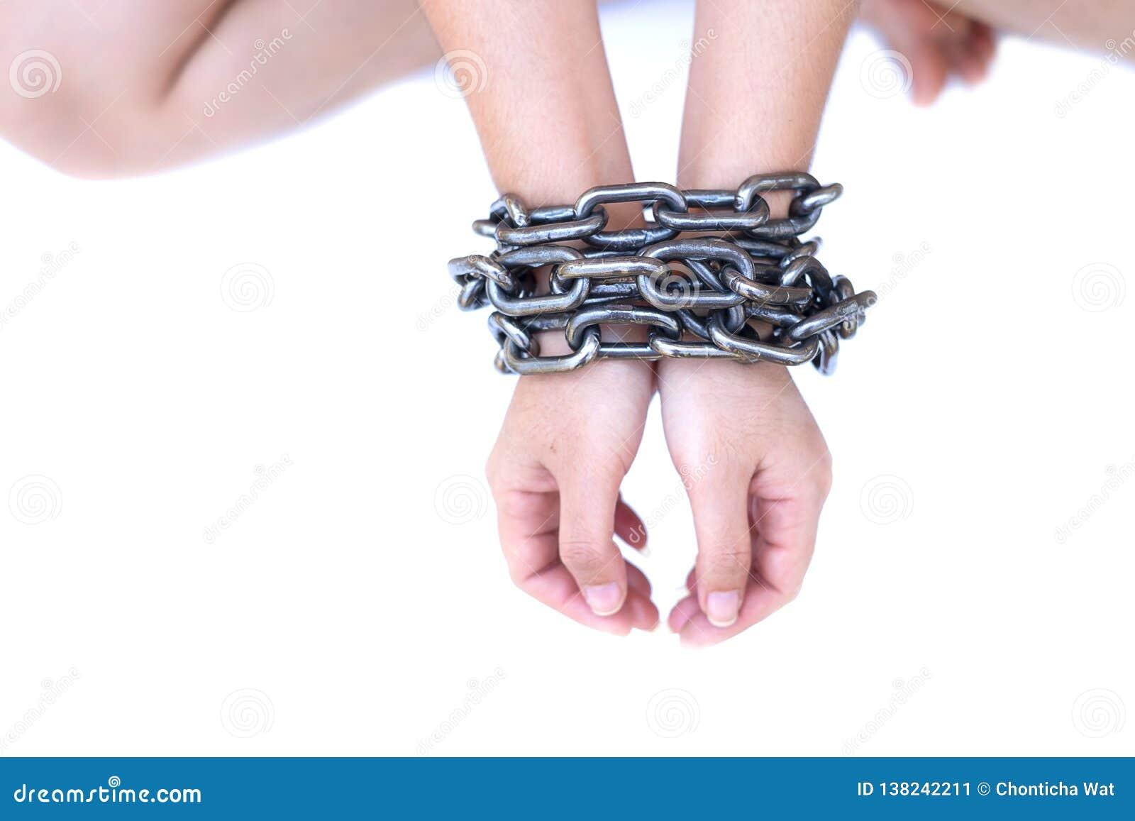 Manos auxiliares de la mujer implicadas con la cadena de acero en el fondo blanco, violaciones de derechos humanos, el día de las