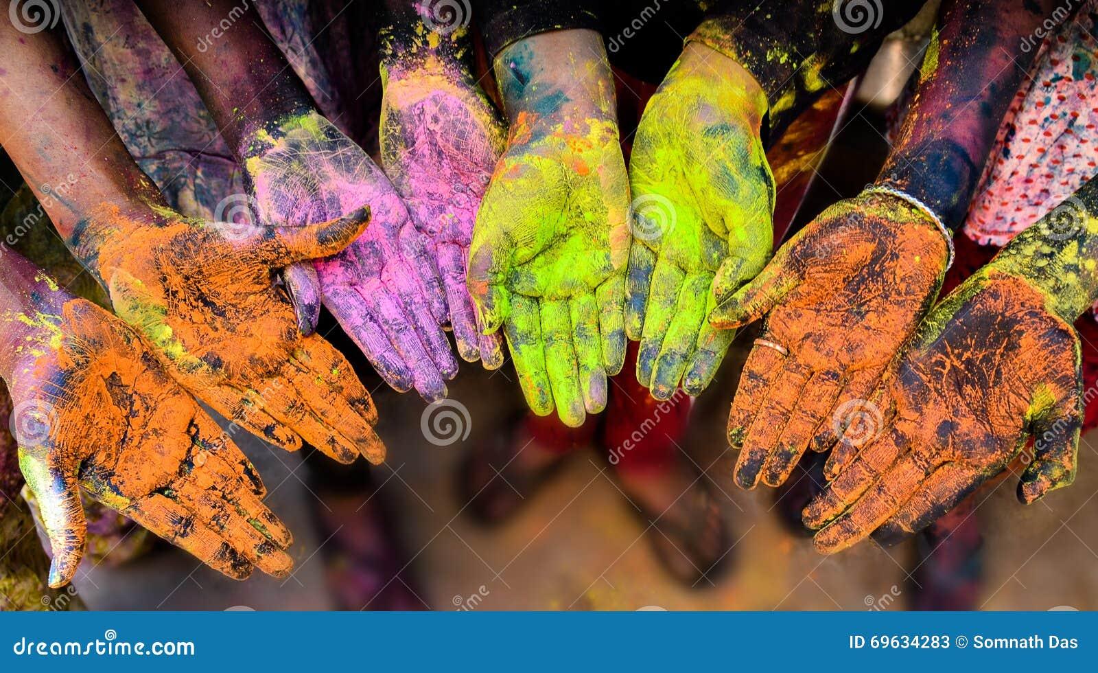 Manos coloridas en el festival de Holi
