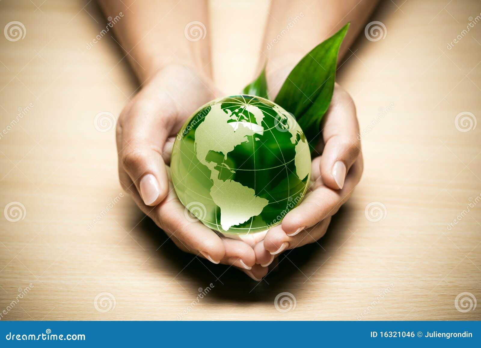 Manos con el globo del mundo del eco