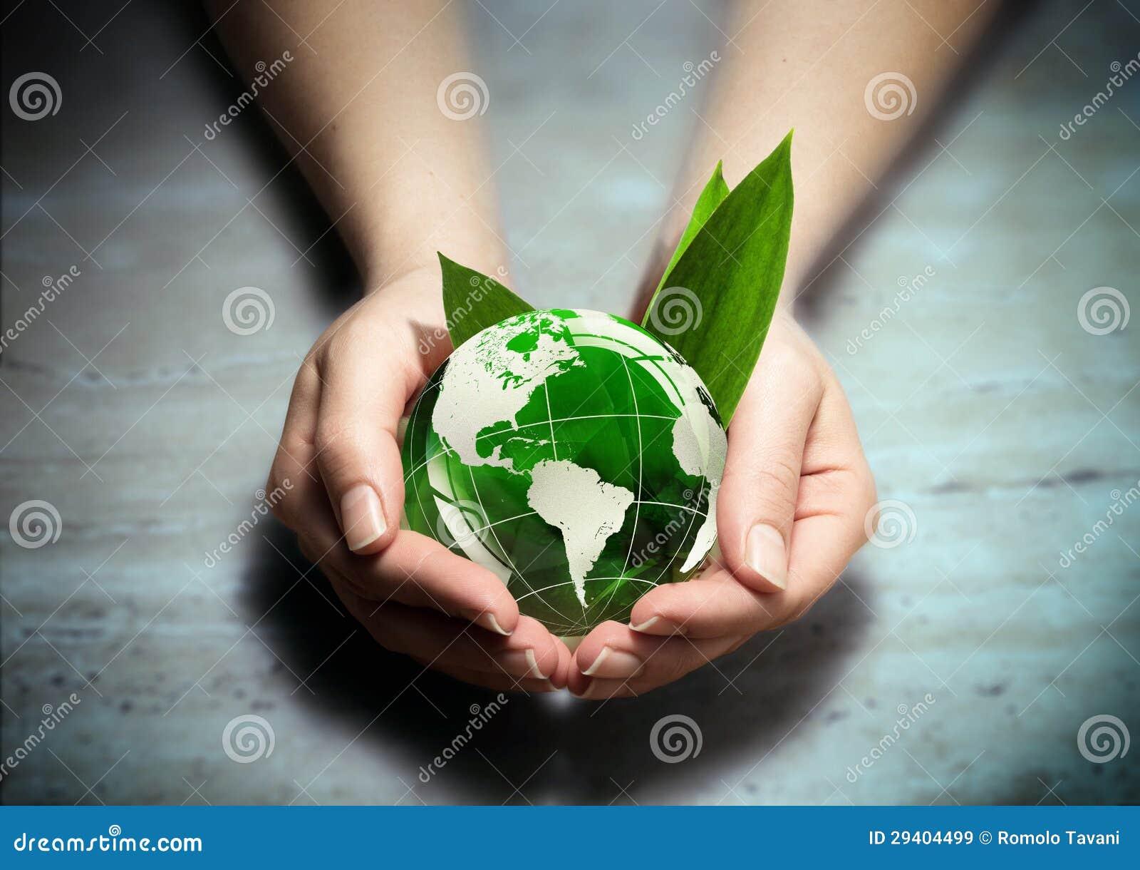 Manos con el globo verde del mundo del eco - los E.E.U.U.