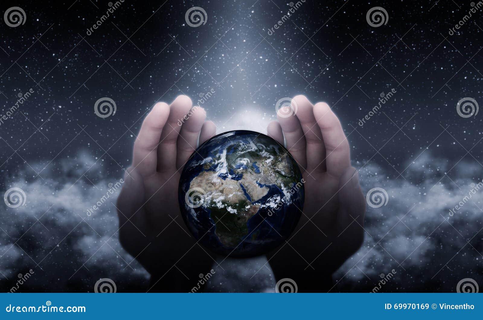 Manos de dios en la tierra