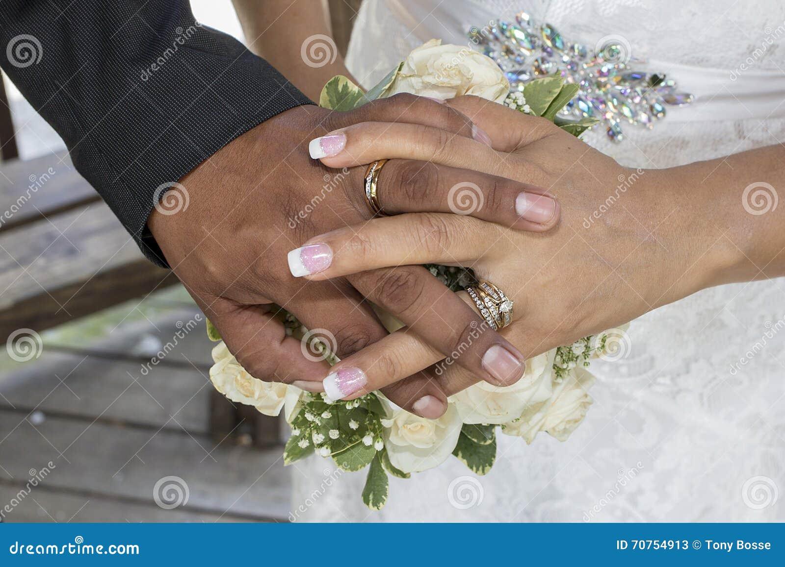 Manos de la boda y anillos de bodas