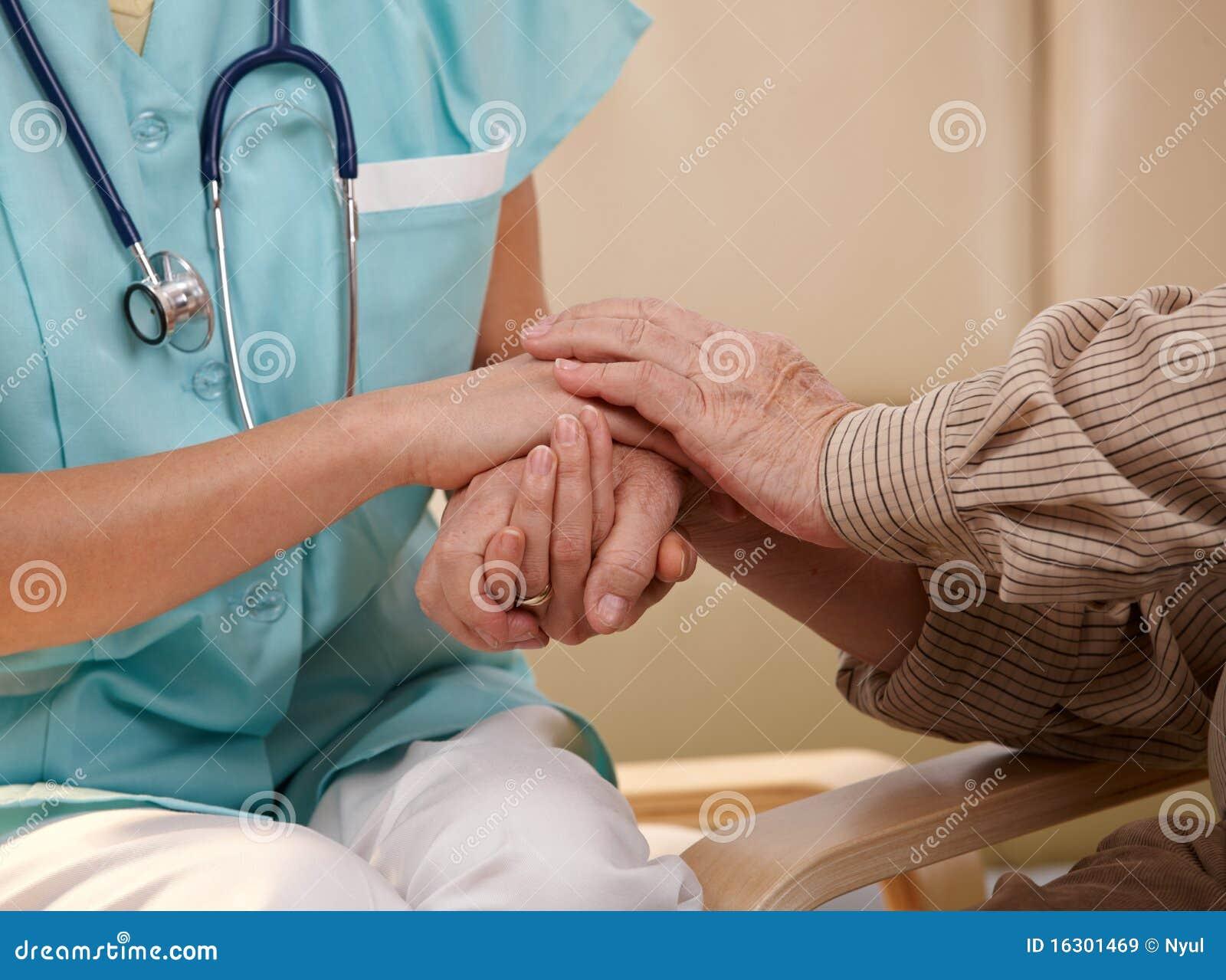 Manos de la enfermera y del paciente mayor.