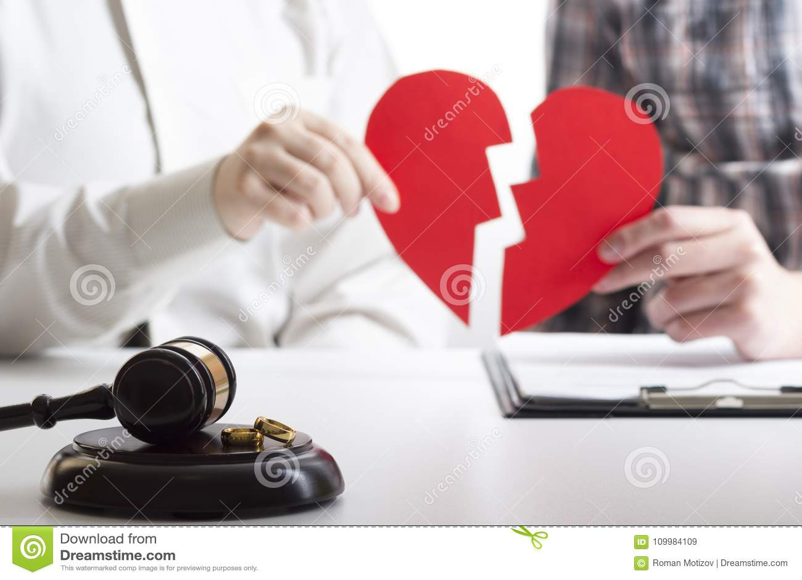 Manos de la esposa, decreto de firma del marido del divorcio, disolución, cancelando boda, documentos de la separación legal, arc