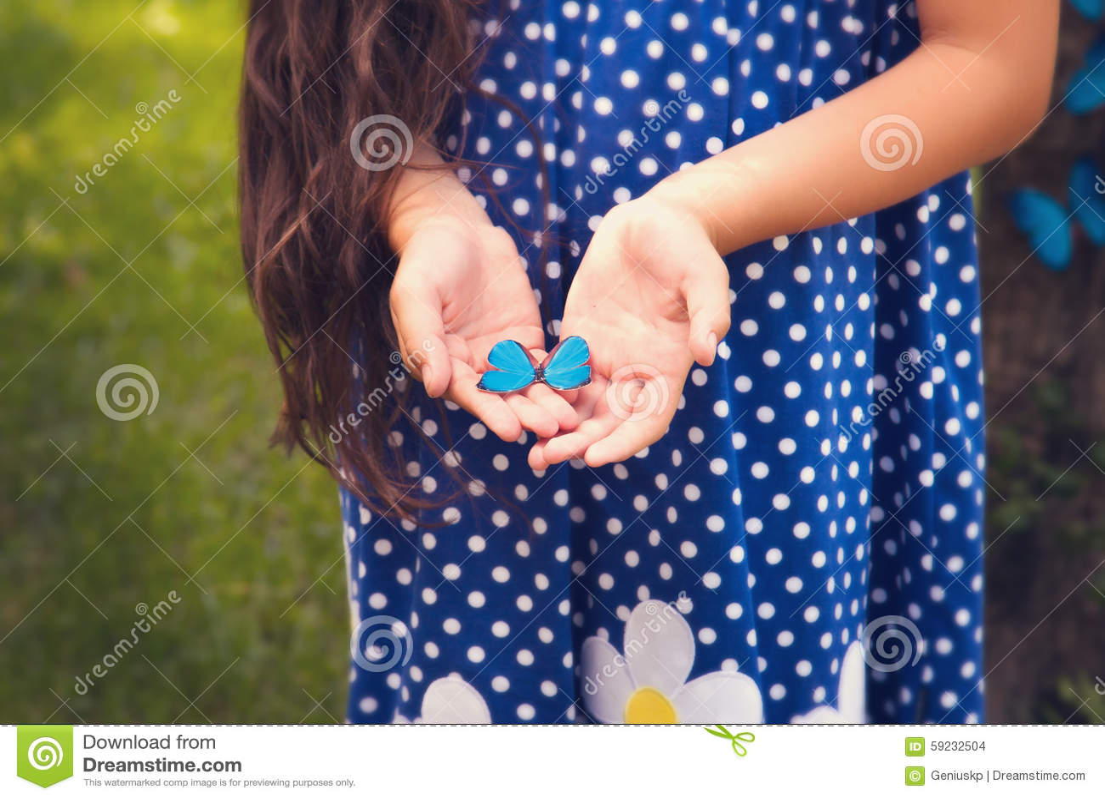 Download Manos De La Muchacha Que Sostienen Una Pequeña Mariposa Foto de archivo - Imagen de mano, vida: 59232504