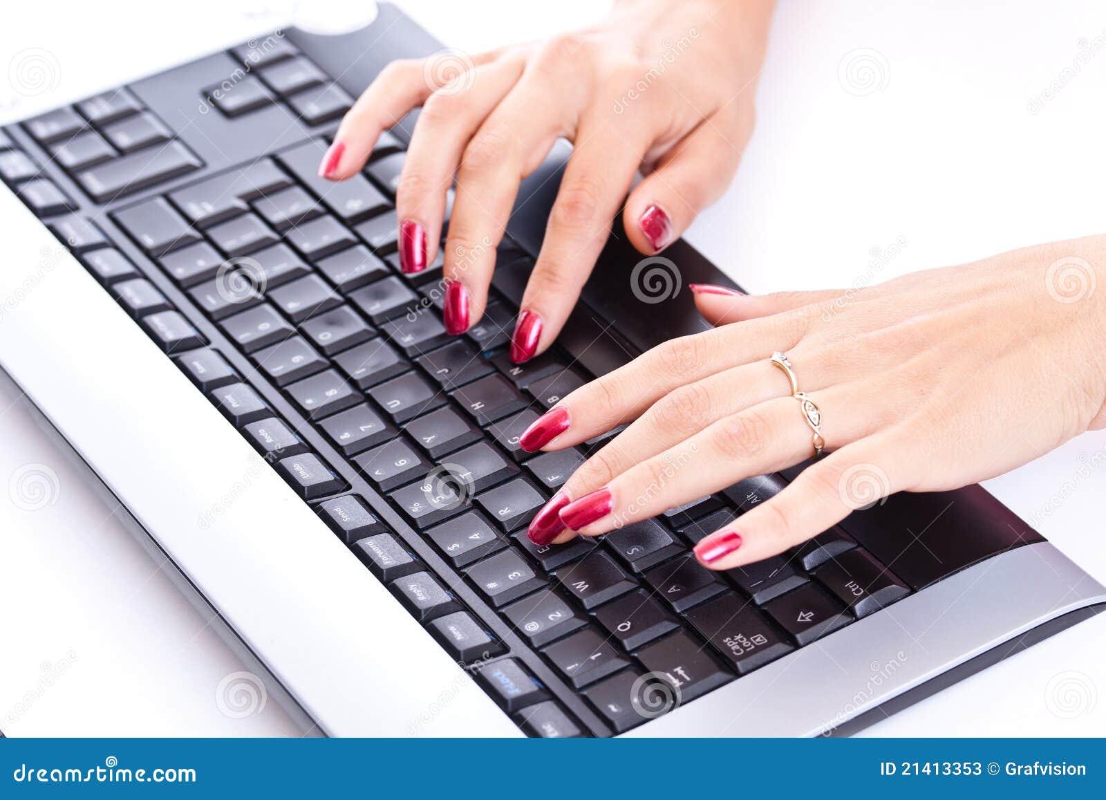 Manos de la mujer que trabajan en el teclado de ordenador - Foto teclado ordenador ...