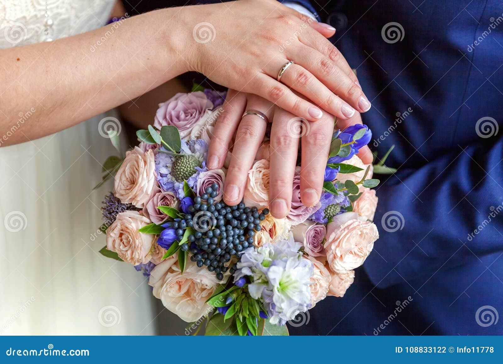 Manos de la novia y del novio