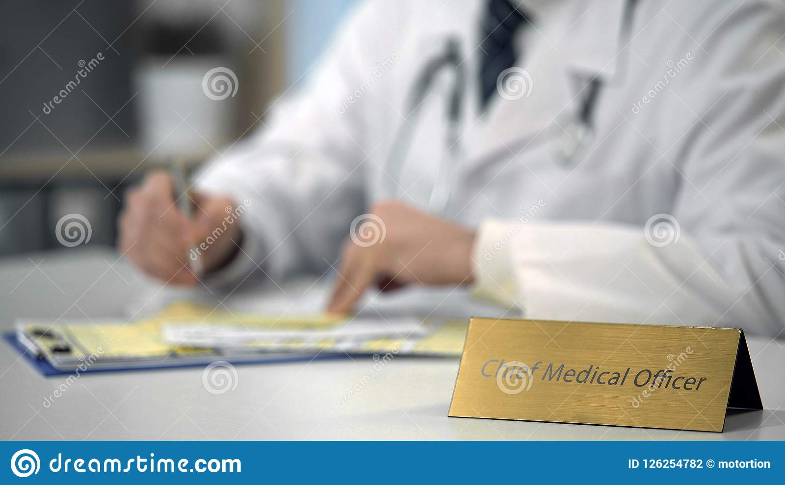 Manos de las medicinas que ordenan del director médico en línea, mecanografiando en el ordenador portátil