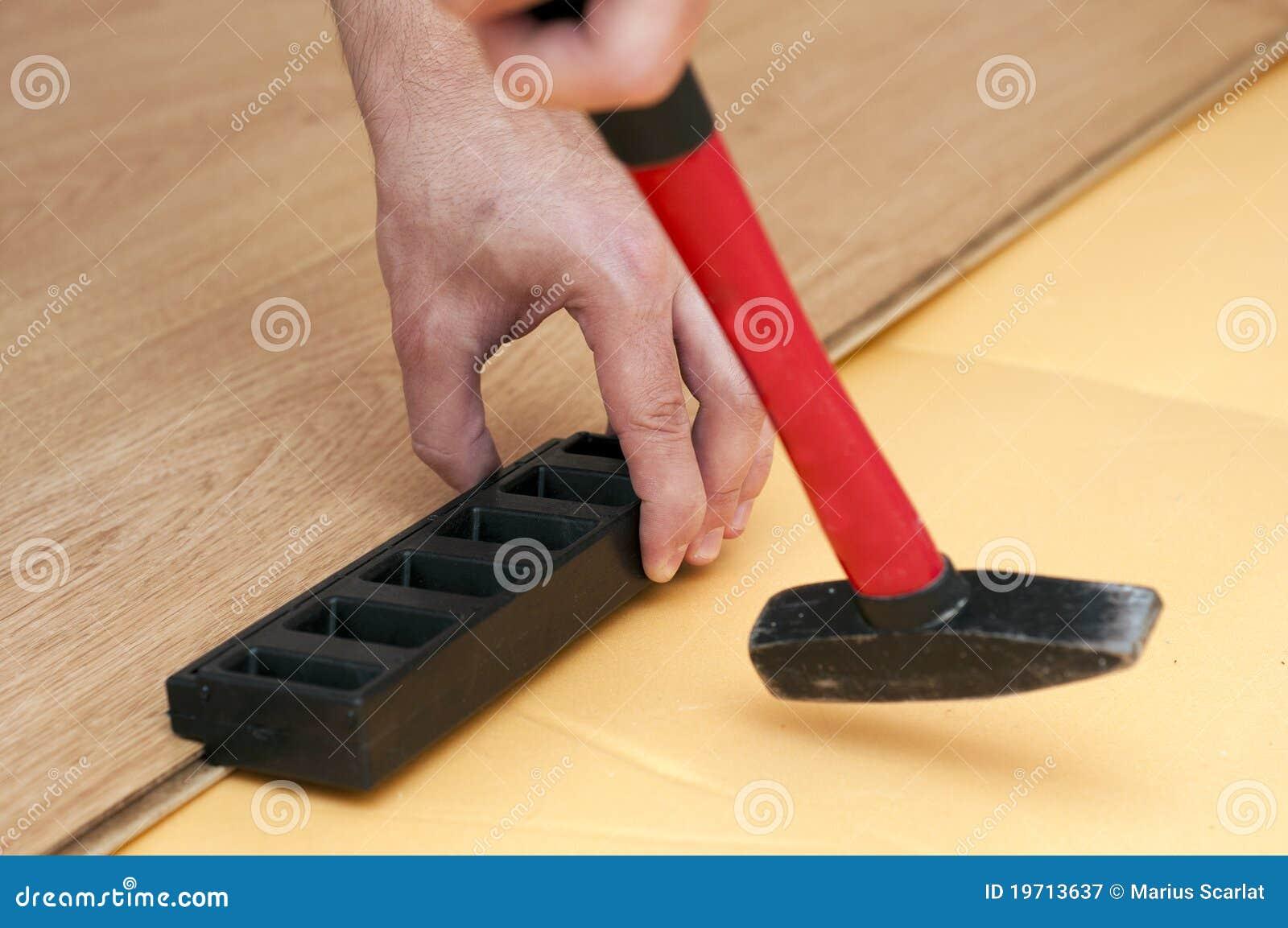 Manos de un suelo laminado montaje del trabajador