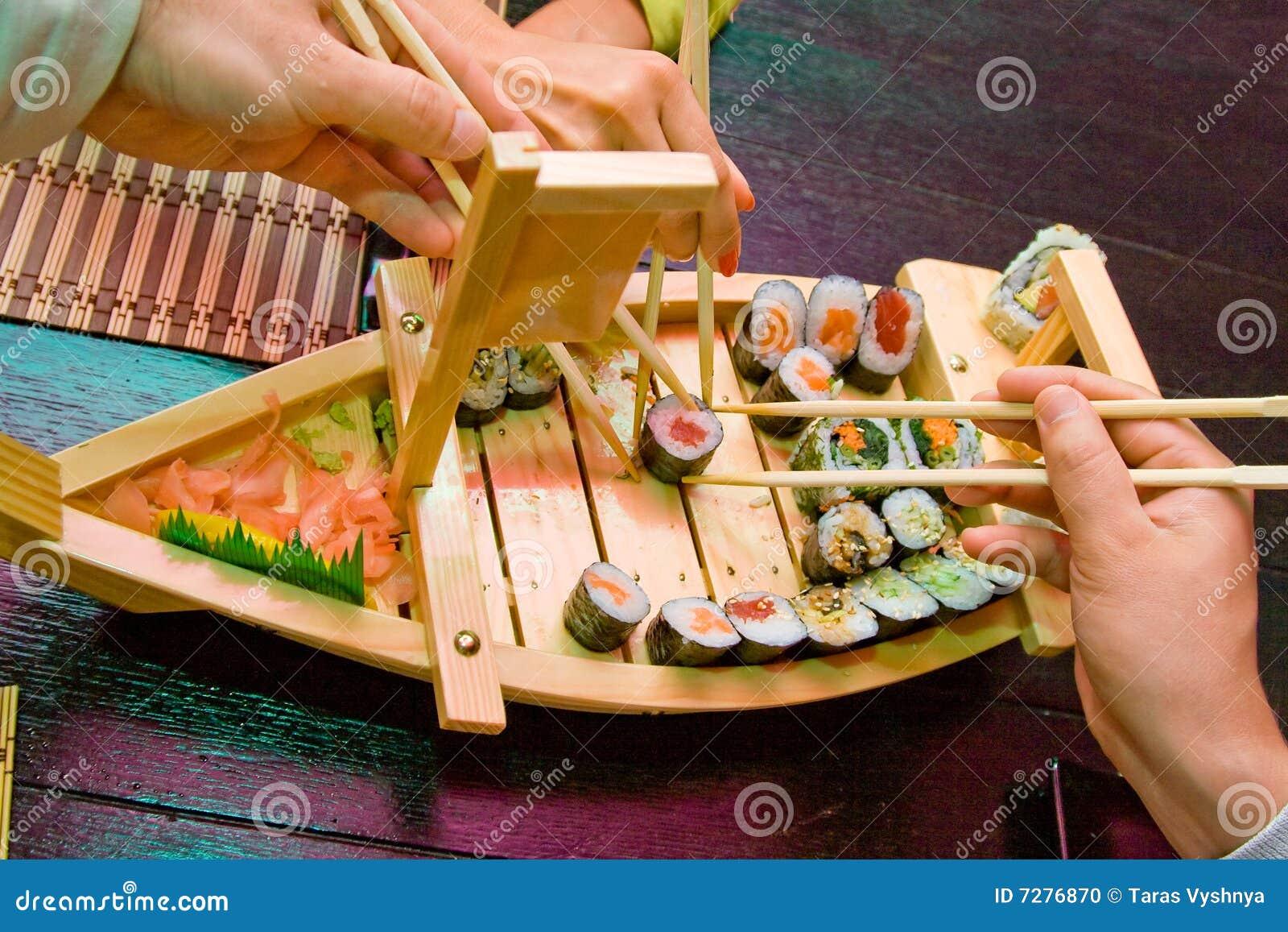 Manos del barco del sushi