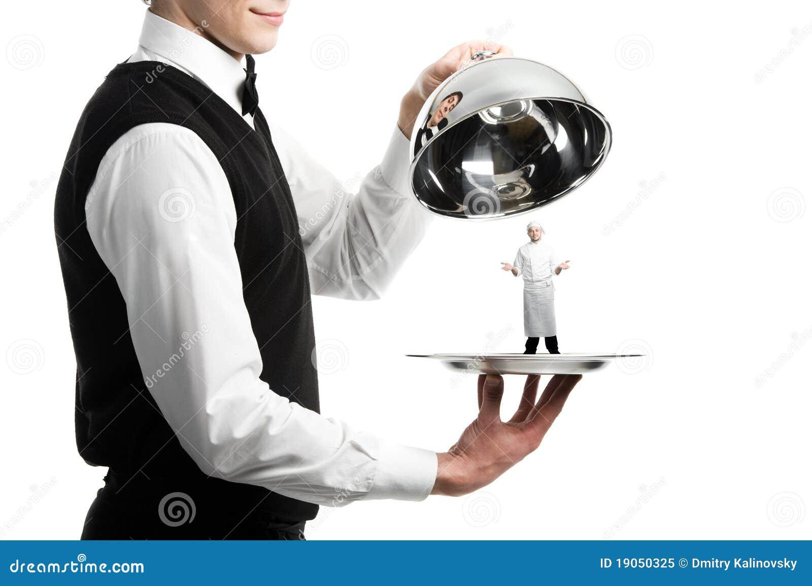 Manos del camarero con el cloche