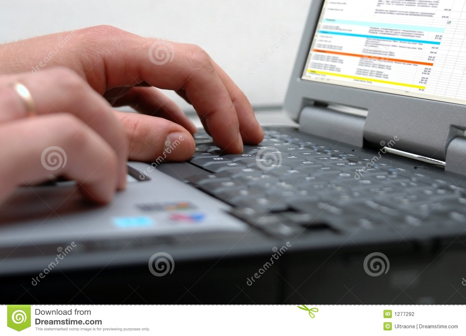 Manos del hombre en el teclado de la computadora portátil