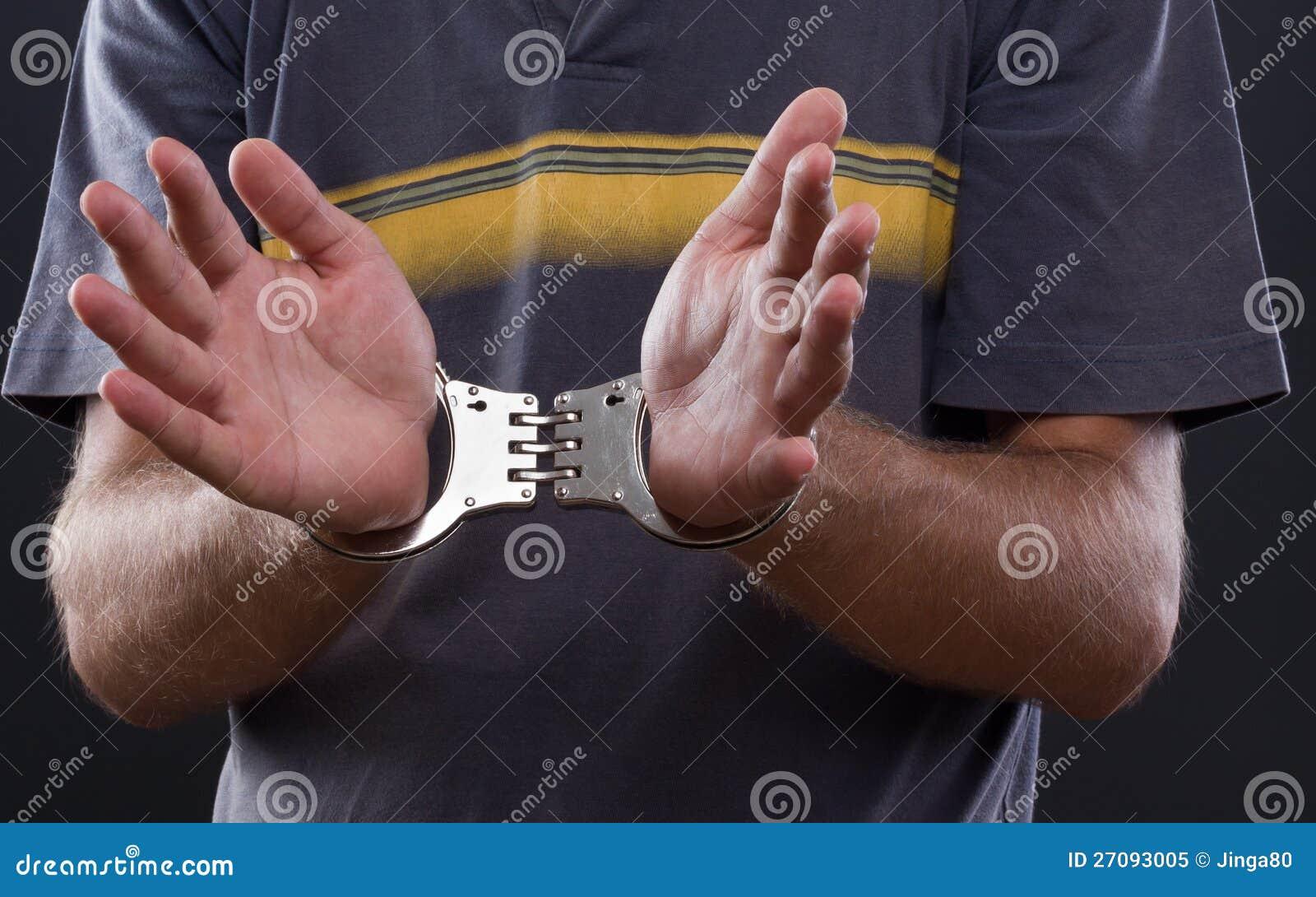 Manos del hombre en manillas