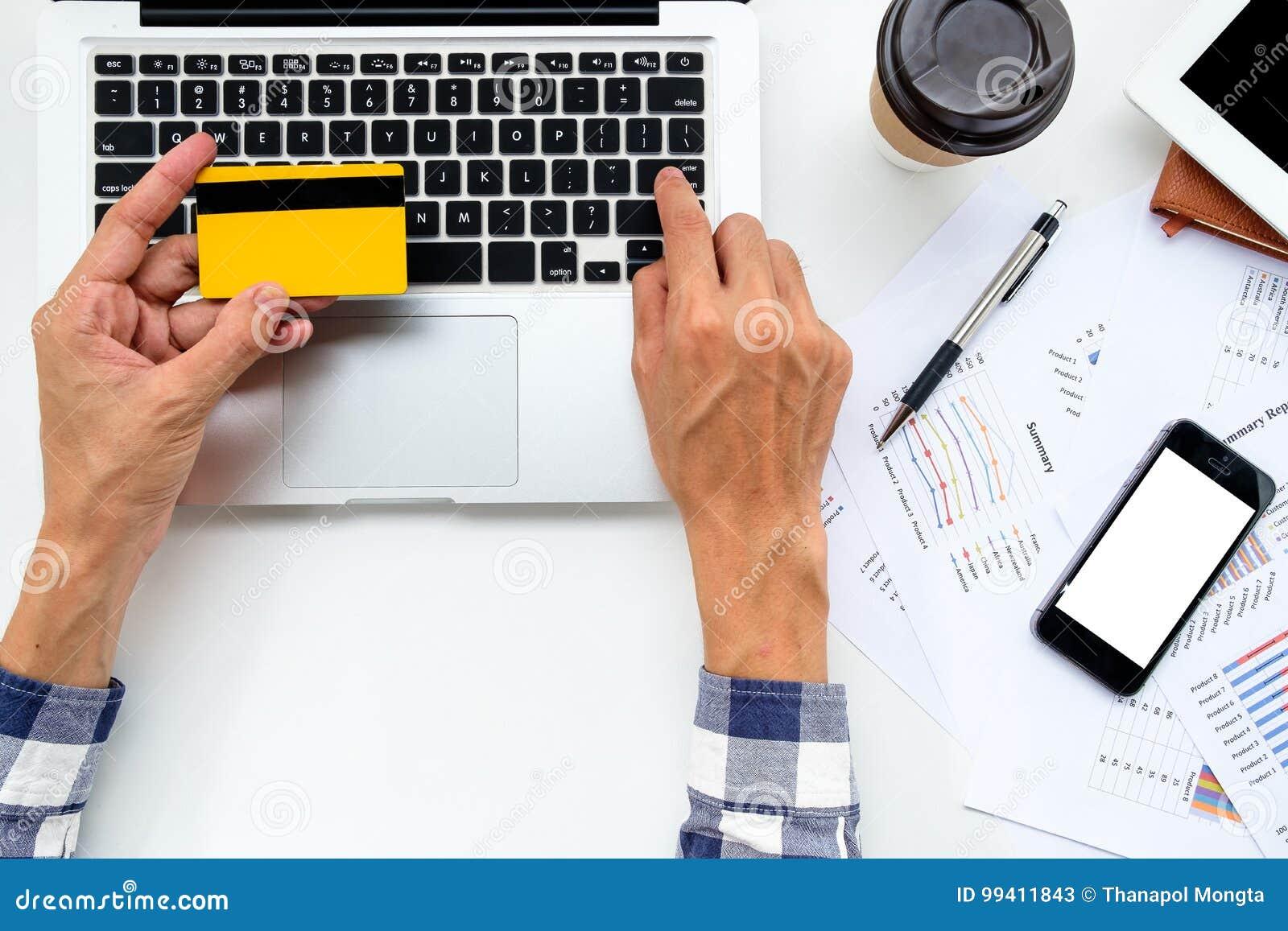 Manos del hombre que sostienen la tarjeta de crédito