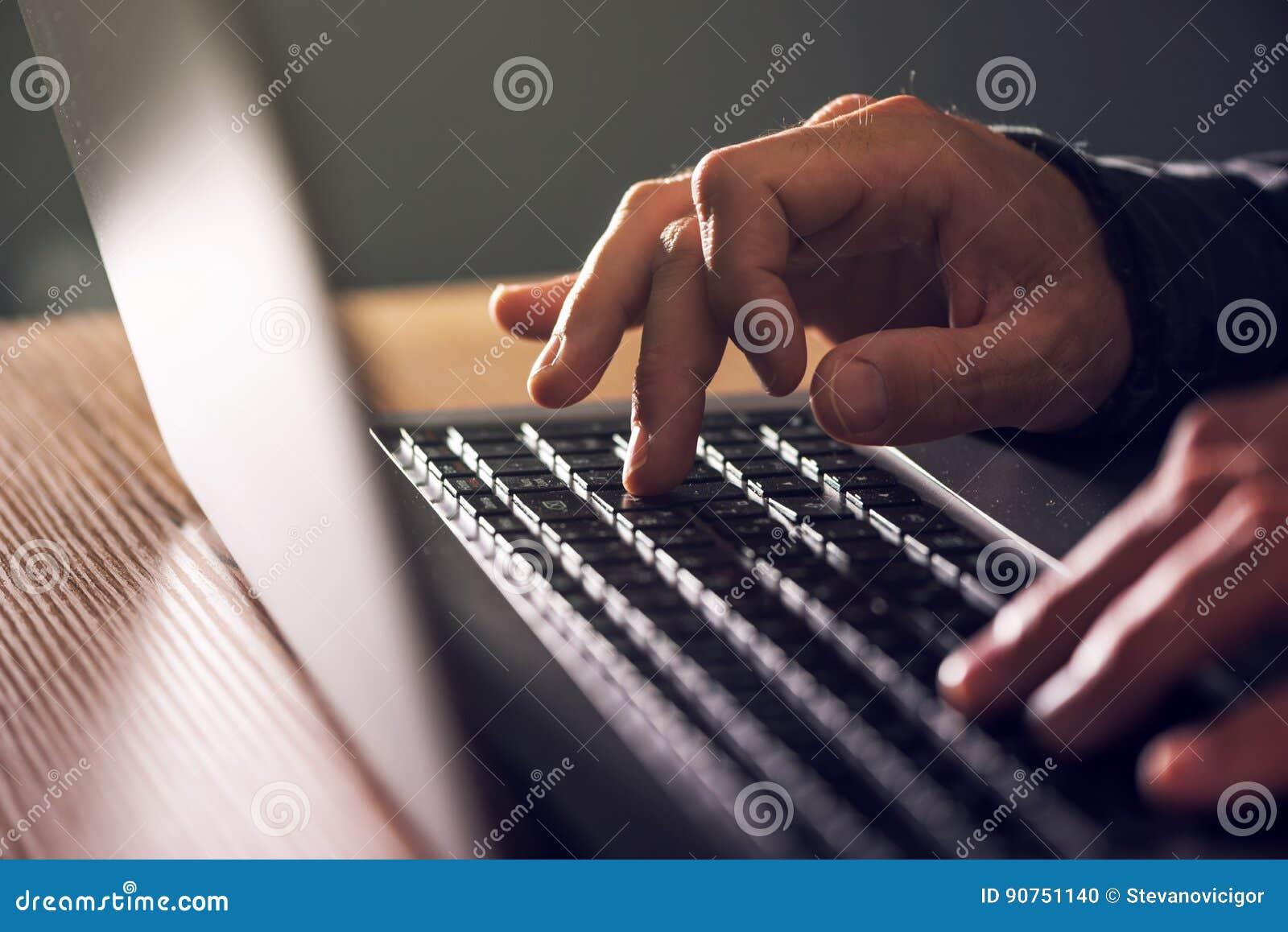 Manos del informático y del pirata informático que mecanografían el teclado del ordenador portátil