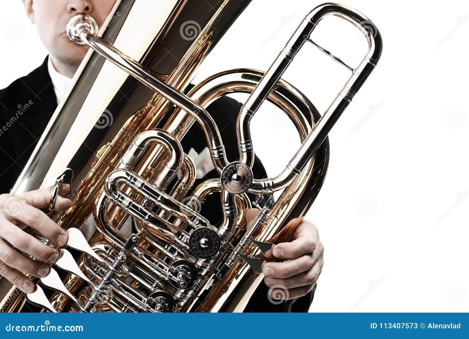 Manos del jugador de la tuba con el primer del instrumento