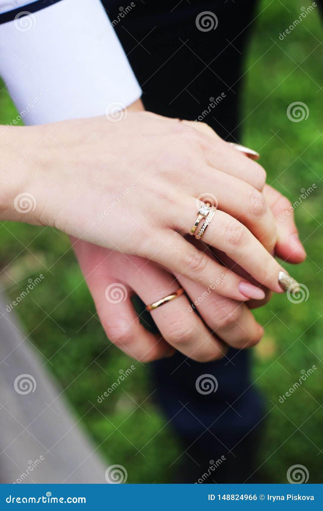 Manos del ` s de Hold Each Other de novia y del novio