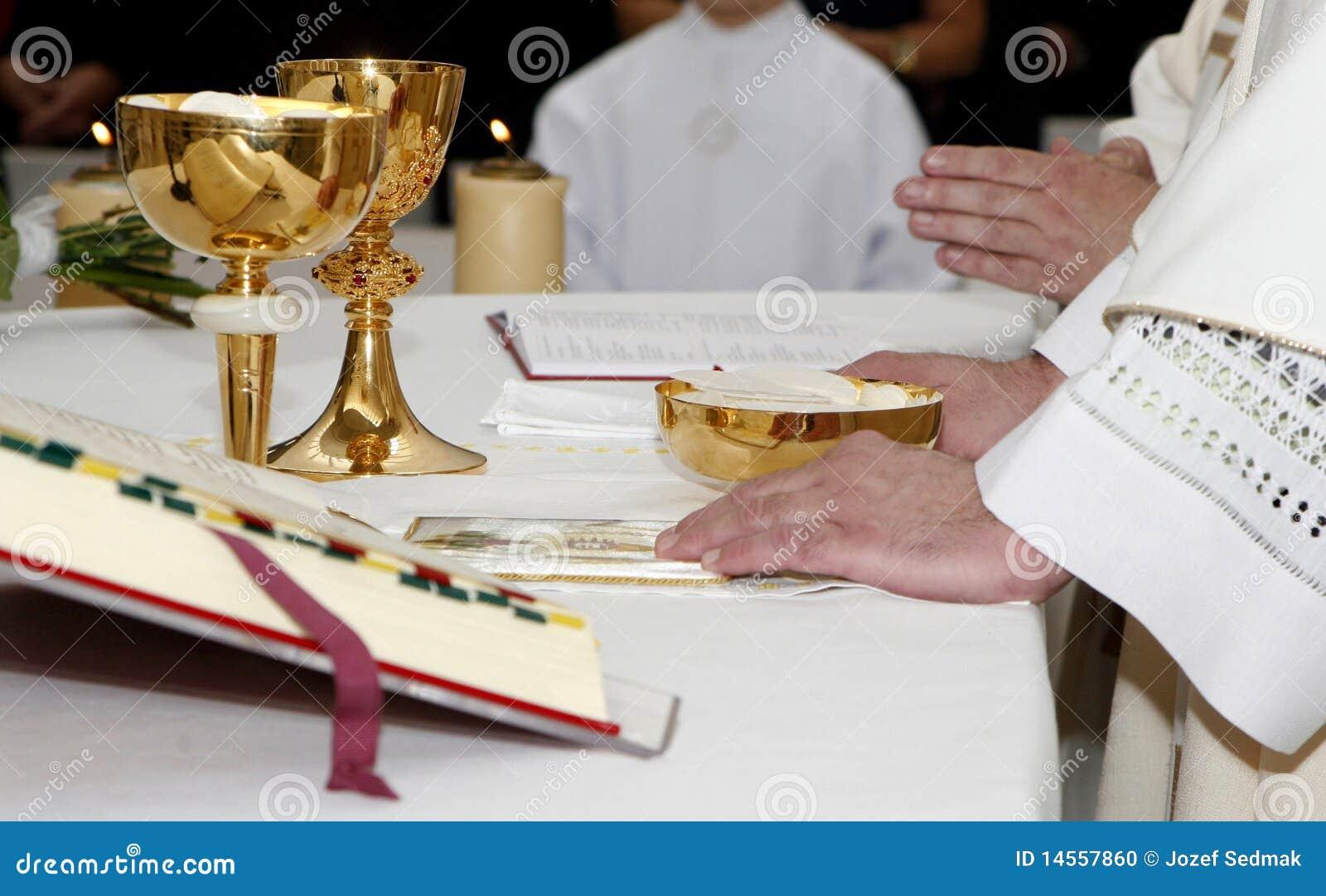 Manos del sacerdote por la masa