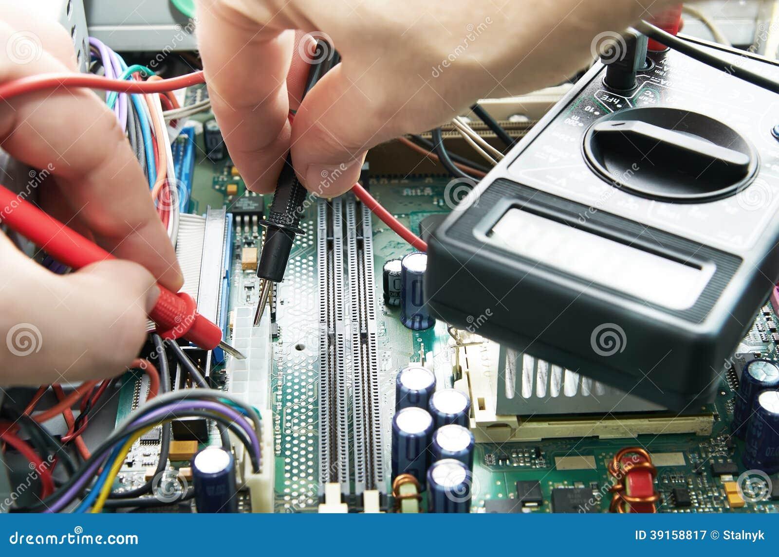 Manos del técnico con el voltímetro