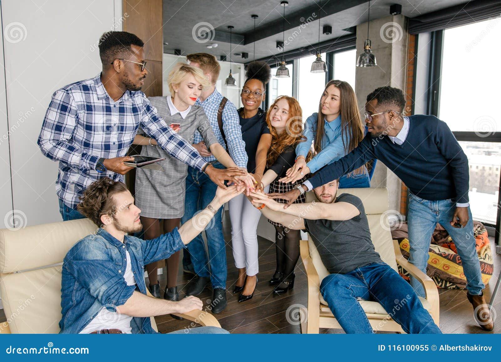 Manos diversas de la gente joven como símbolo de su amistad