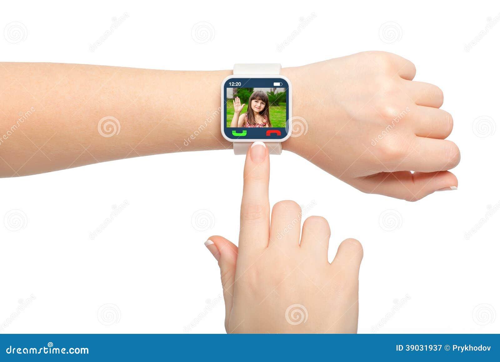 Manos femeninas aisladas con la llamada video del smartwatch