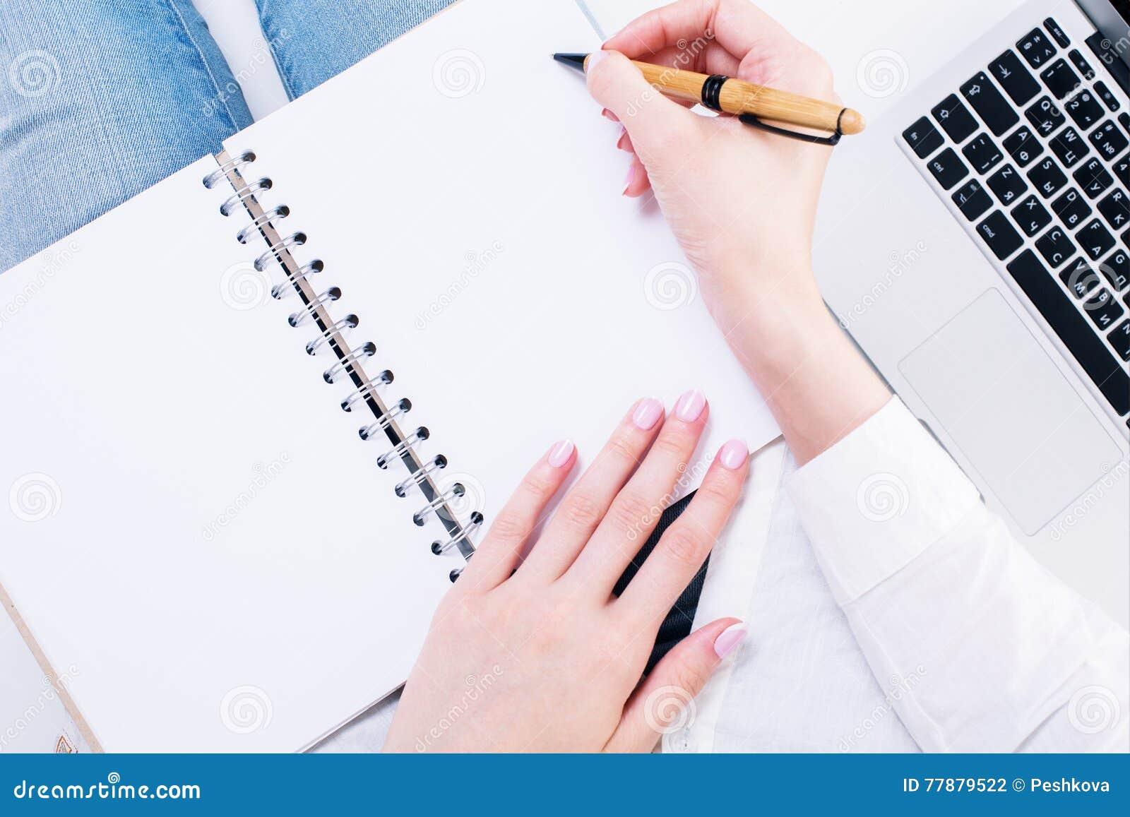 Manos Femeninas Que Escriben En Libreta Foto de archivo