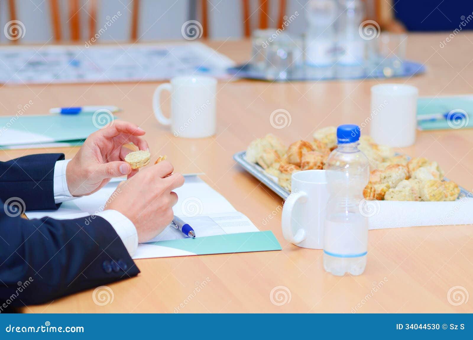 Manos hambrientas del hombre de negocios en la tabla de la for Xxx porno en la oficina