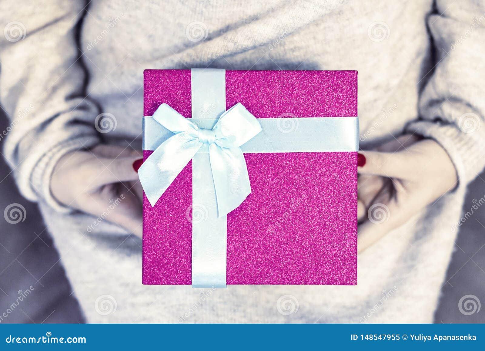 Manos humanas que sostienen un regalo