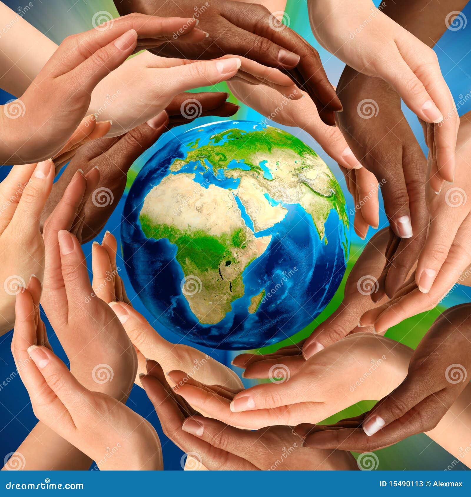 Manos multirraciales alrededor del globo de la tierra