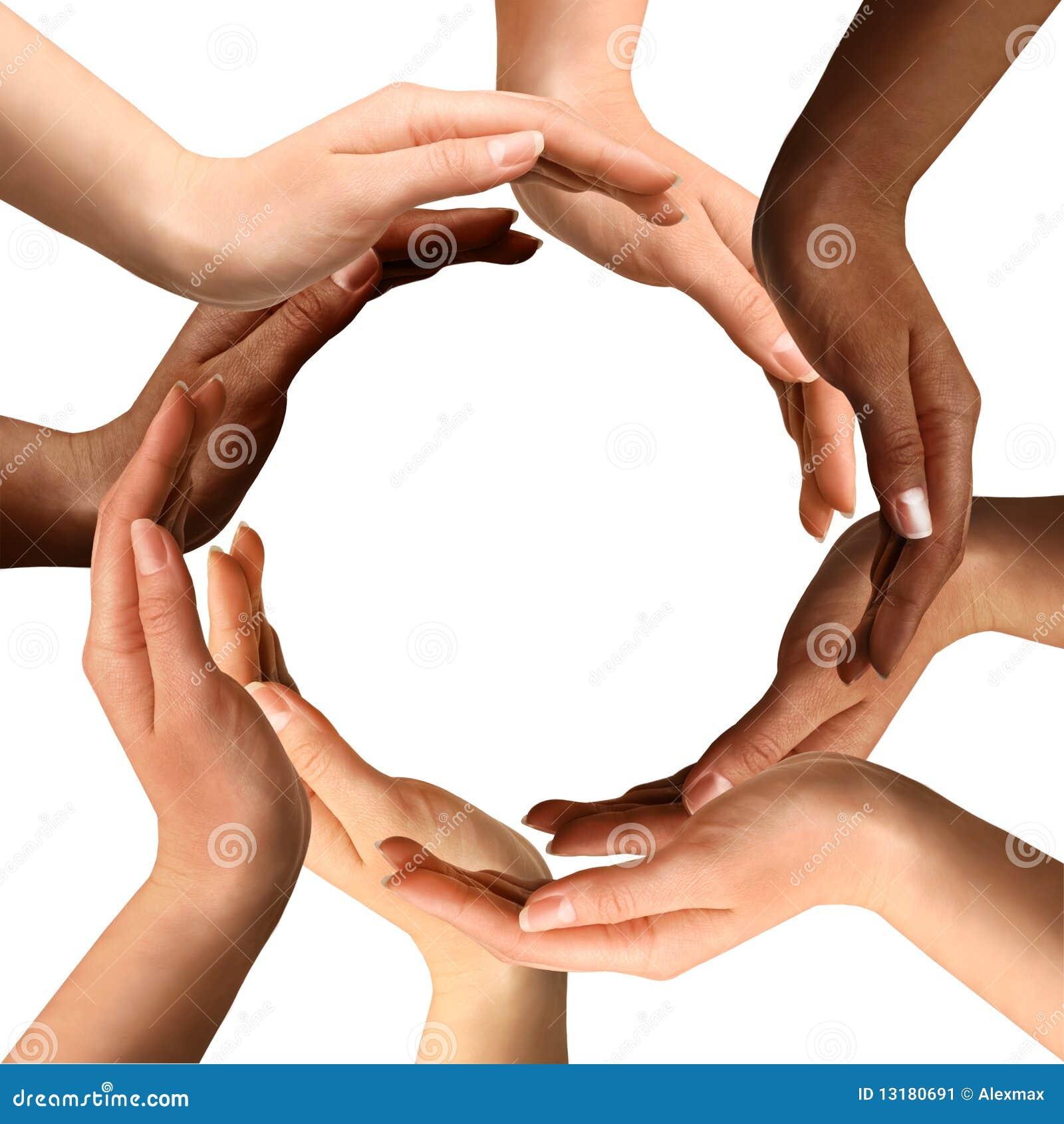 Manos multirraciales que hacen un círculo
