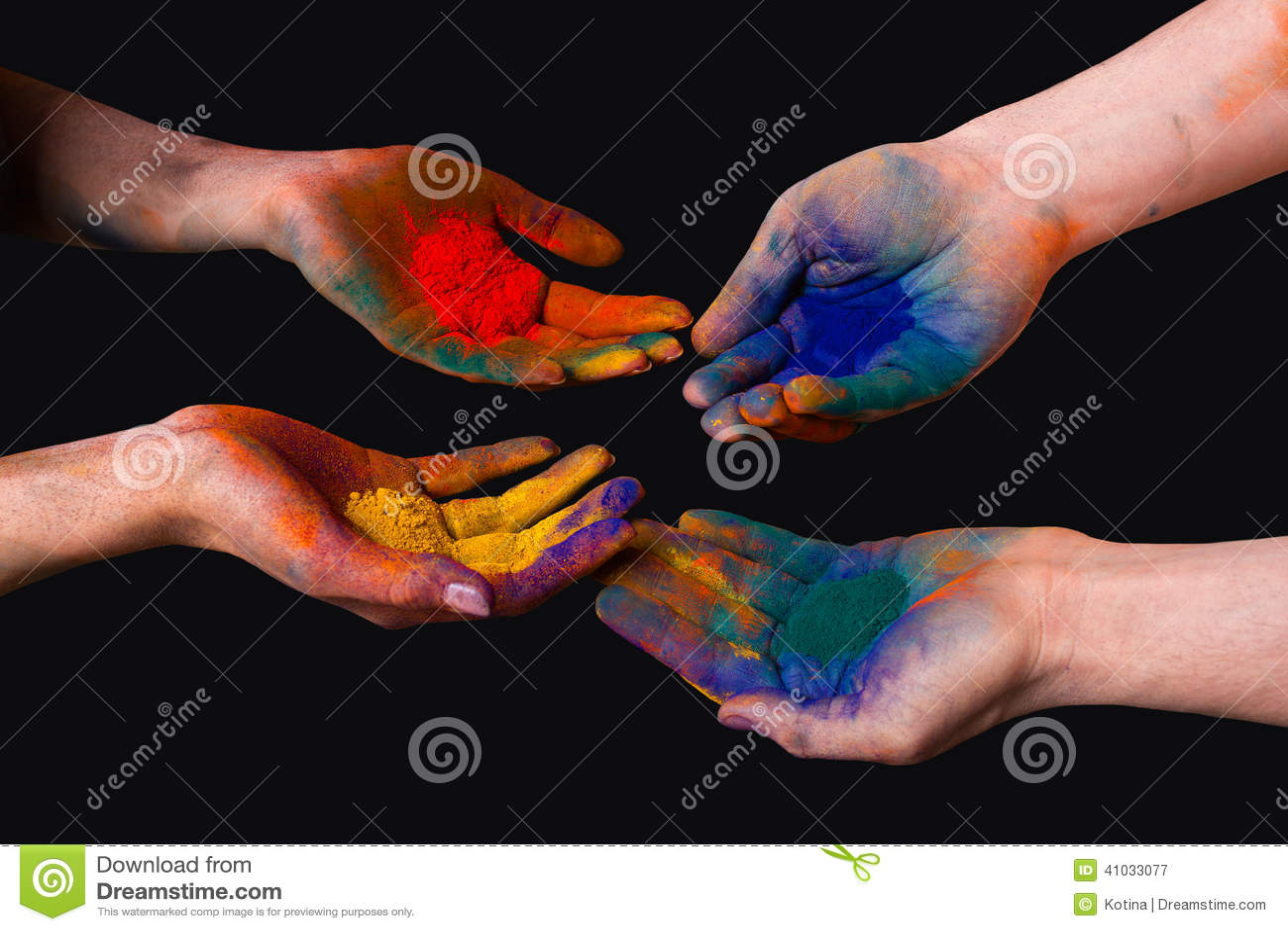 Manos pintadas coloridas, sosteniendo holi aislado