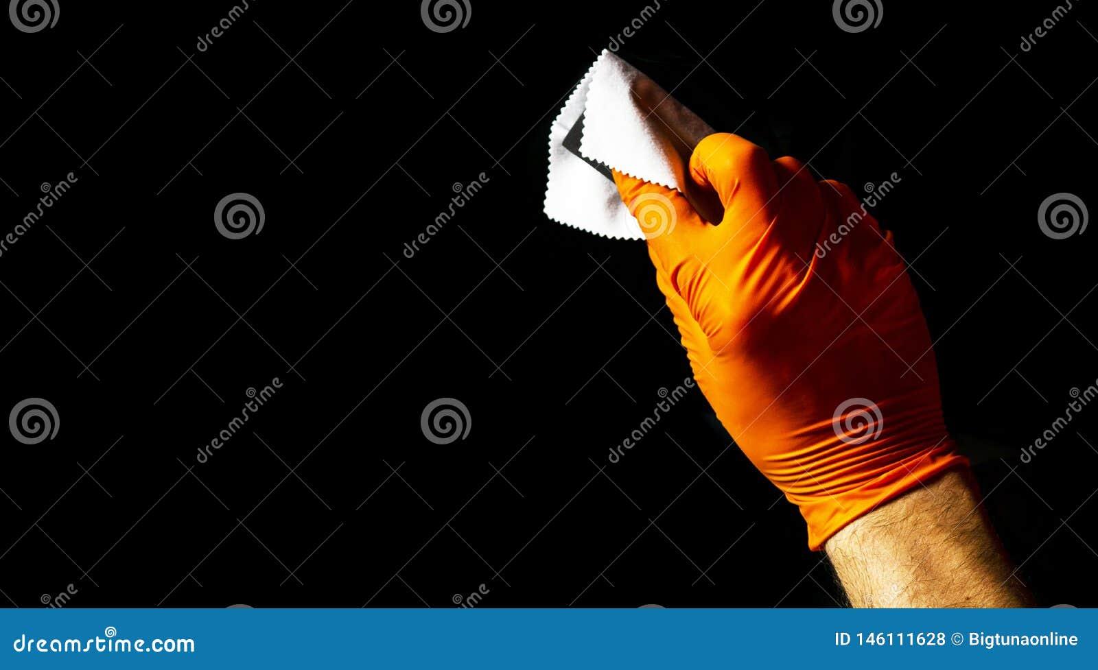 Manos polacas del trabajador de la cera del coche que pulen el coche Veh?culo que pulimenta y de pulido con de cer?mica Detalle d