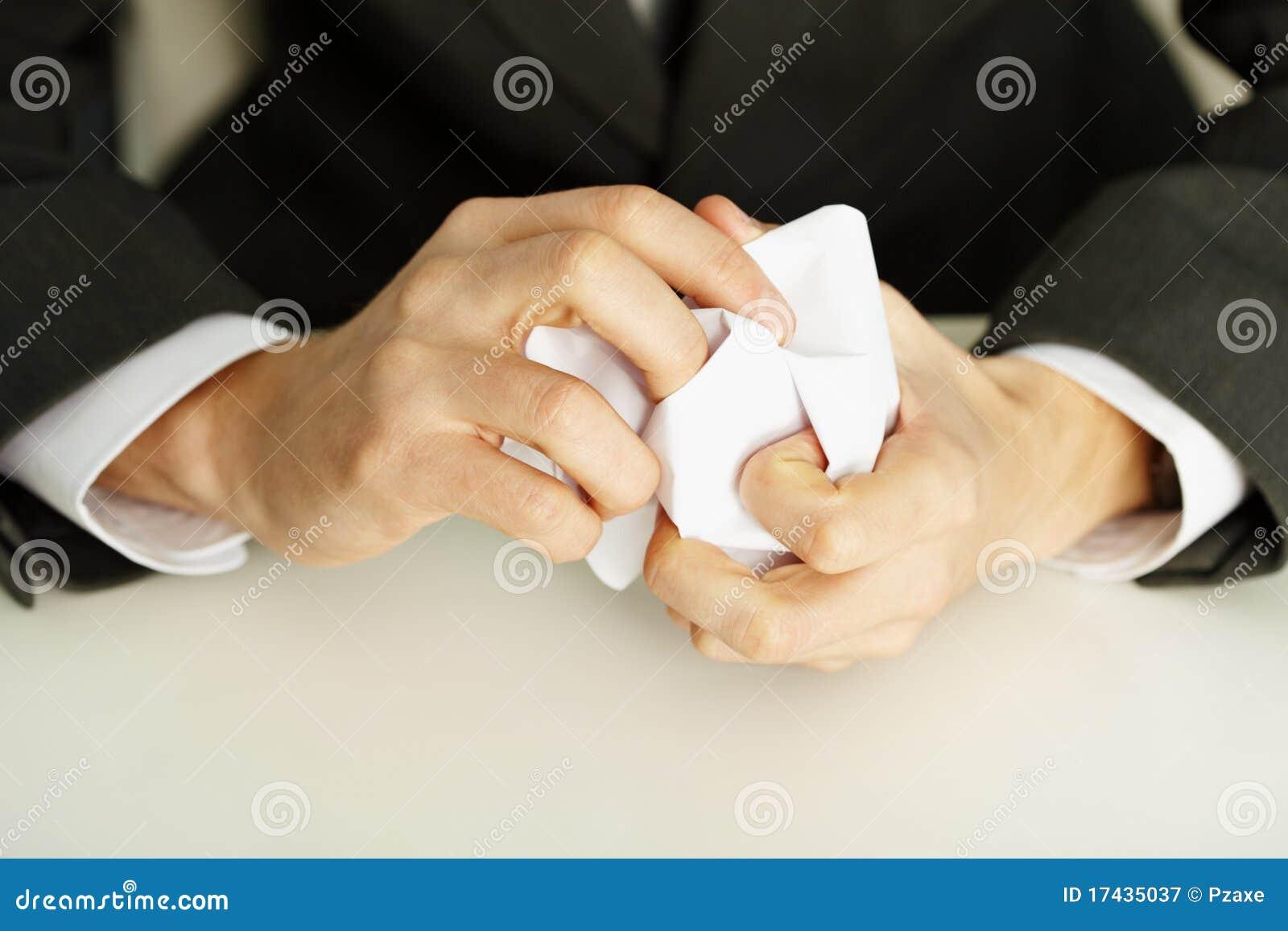 Manos que arrugan un Libro Blanco