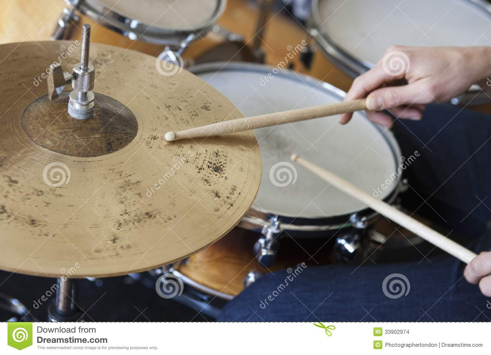 Manos que juegan el sistema del tambor