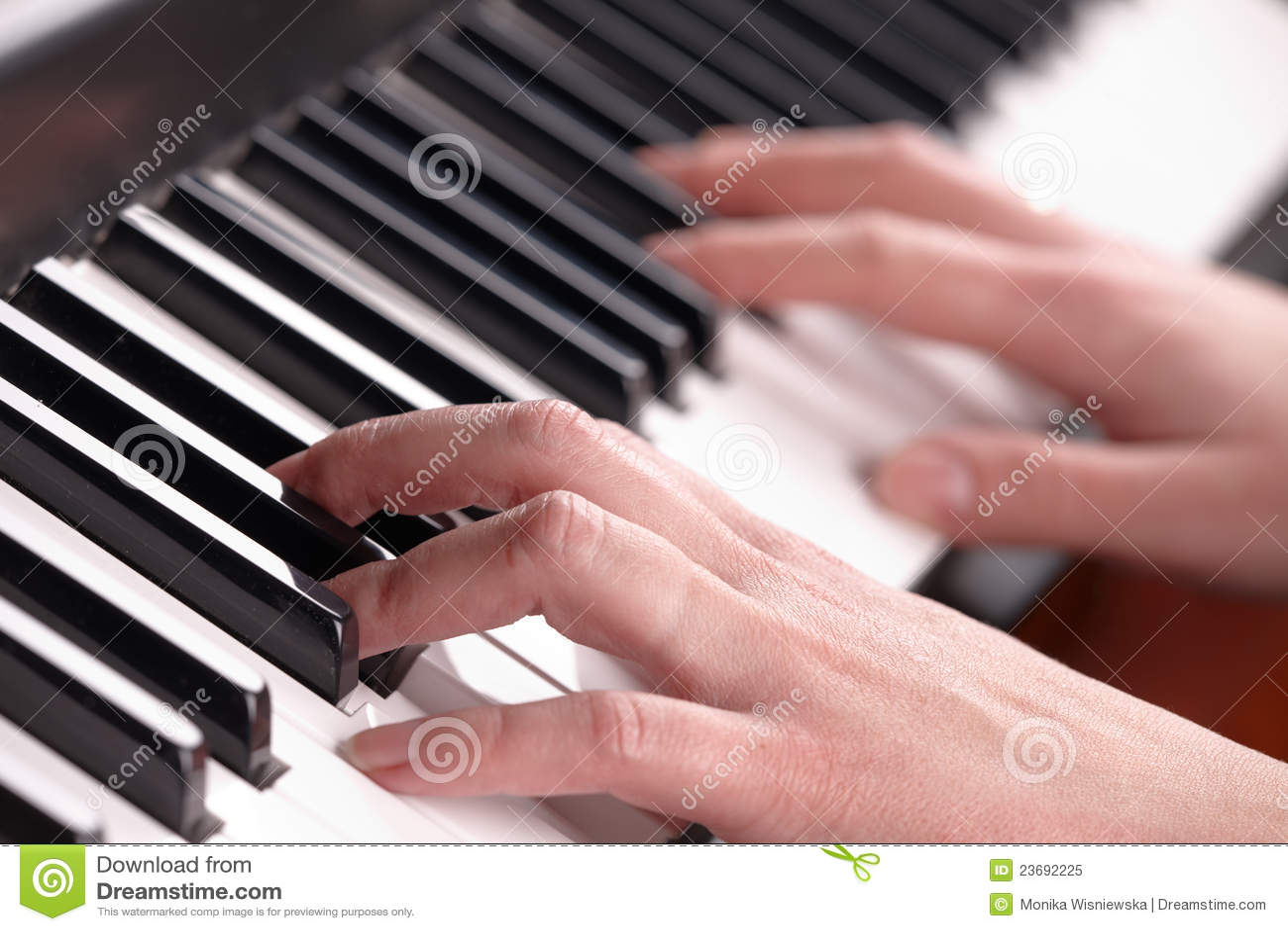 Manos que juegan música en el piano