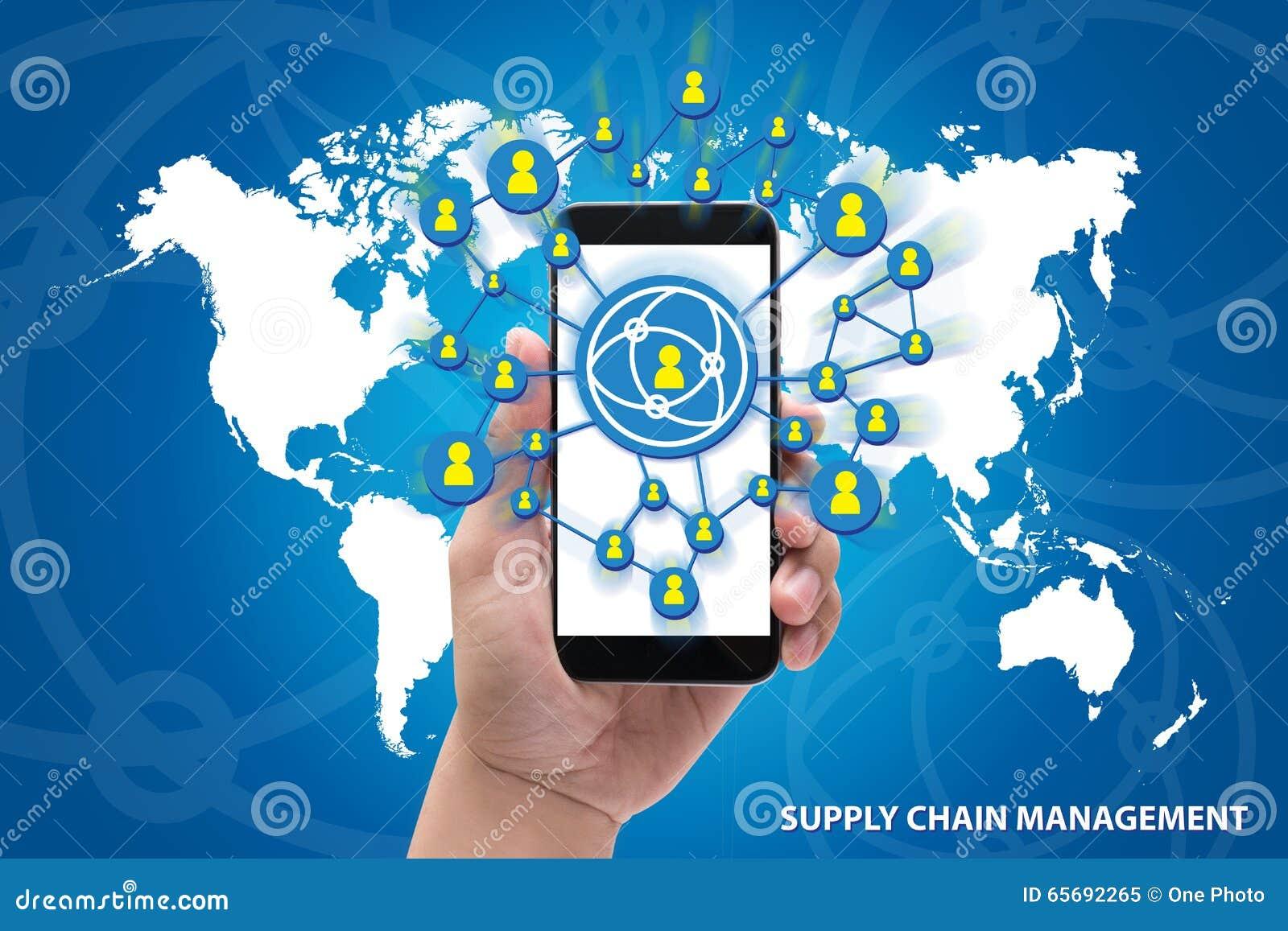 Manos que llevan a cabo el concepto de la gestión de la cadena de suministro del teléfono en azul