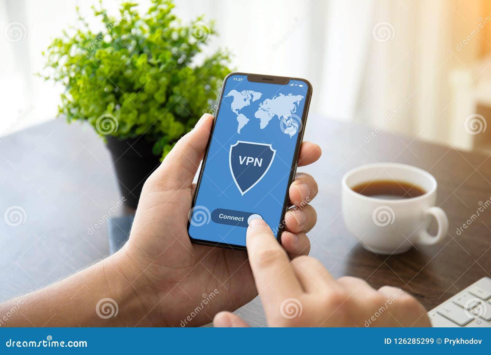 Manos que llevan a cabo la protección p de los protocolos de Internet de la creación del vpn del teléfono
